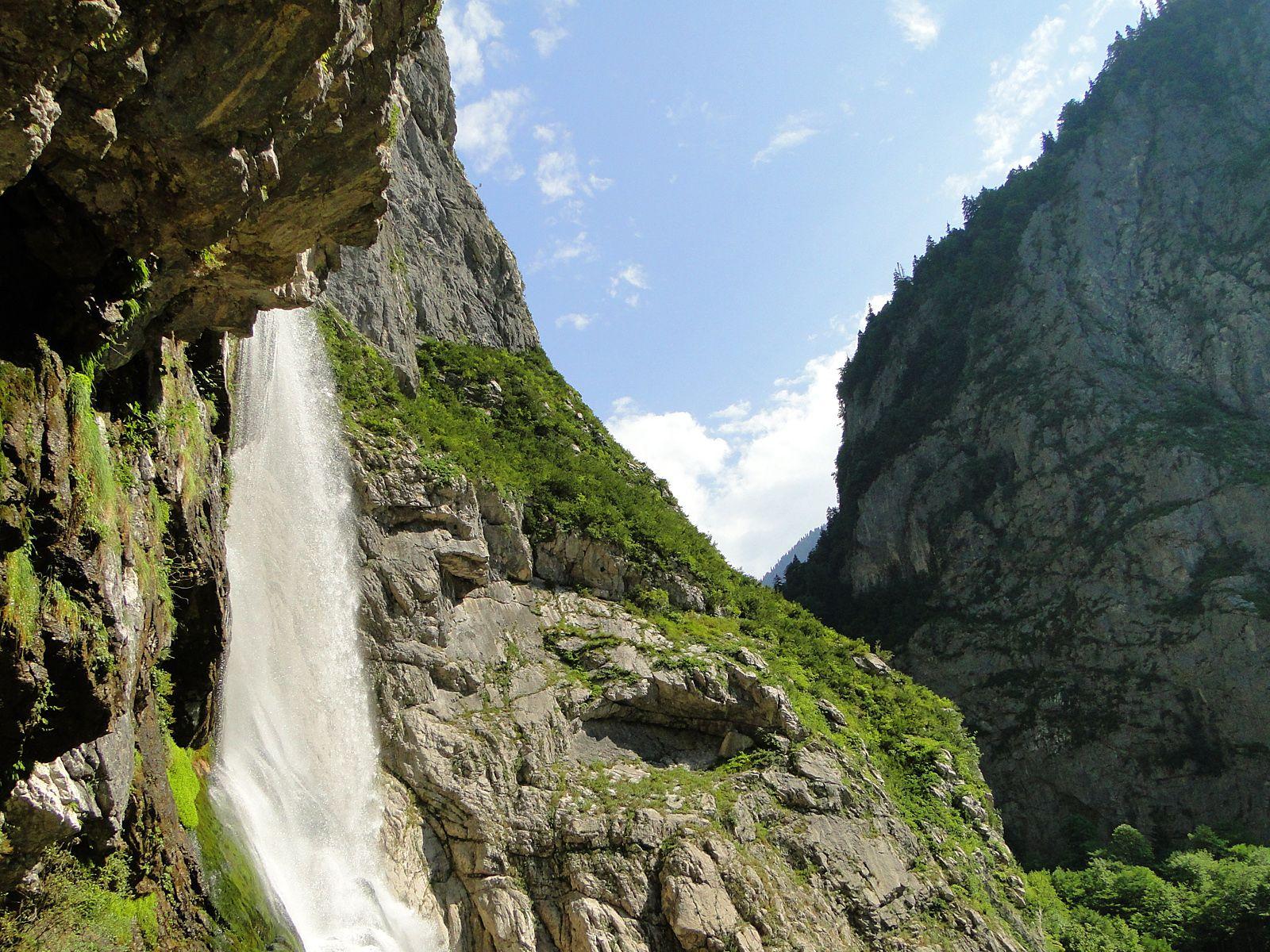 Пейзаж у Гегского водопада