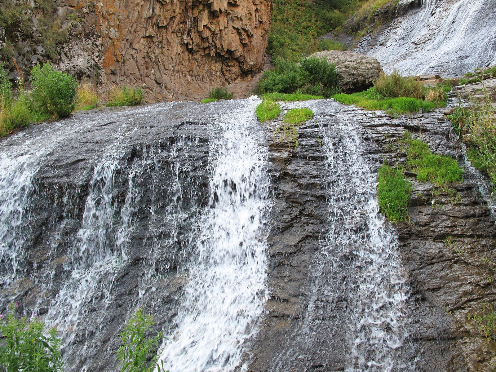 Джермукский водопад вблизи