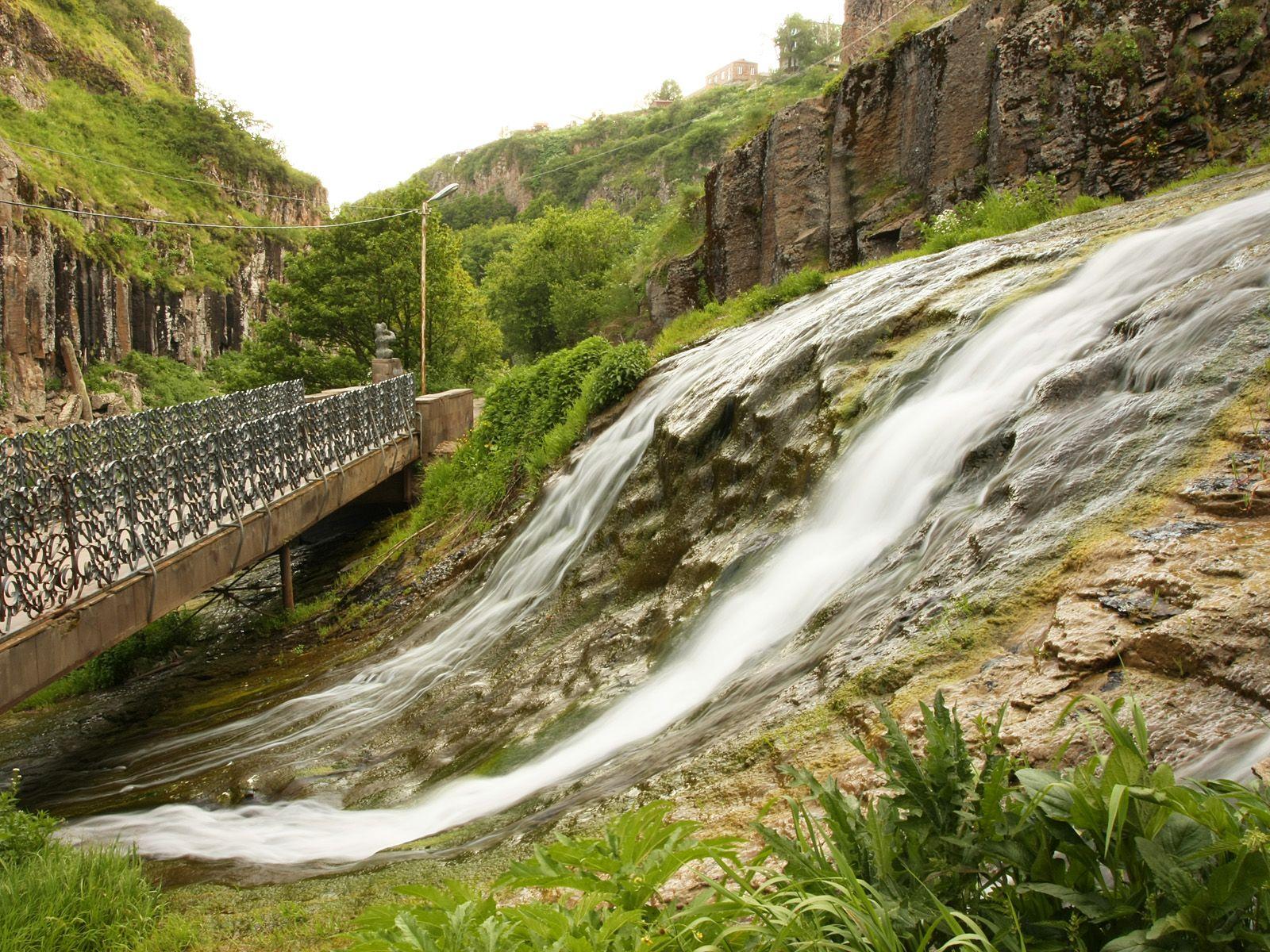 Джермукский водопад со стороны