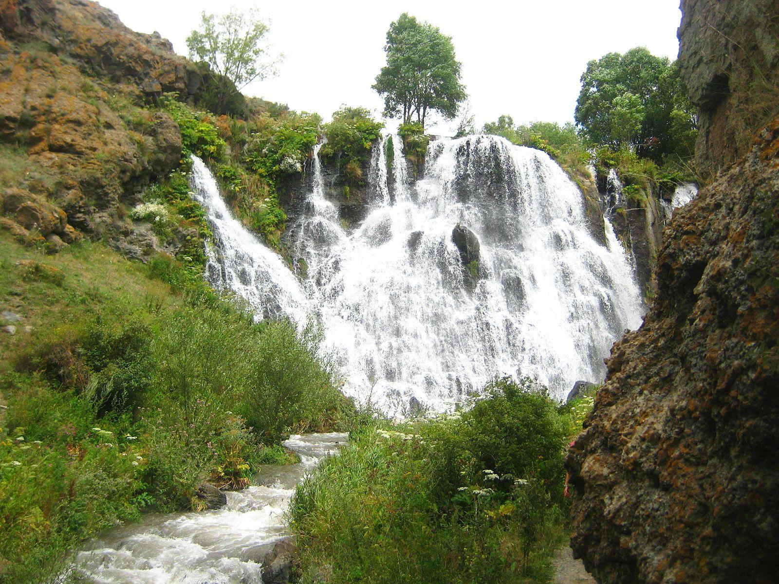 Шакинский водопад издали