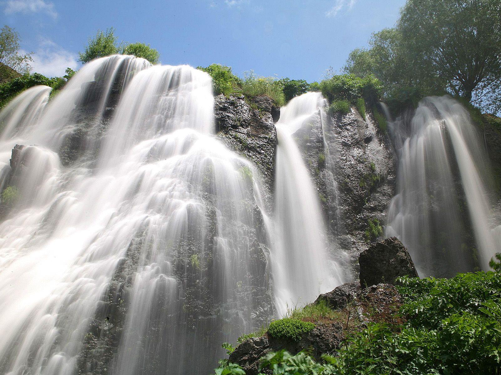 Шакинский водопад вблизи