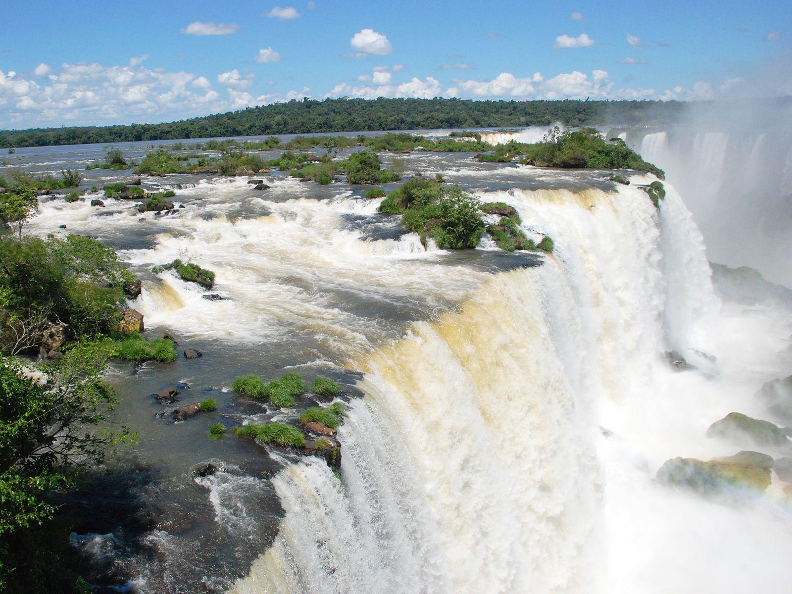 Поток водопада Игуасу