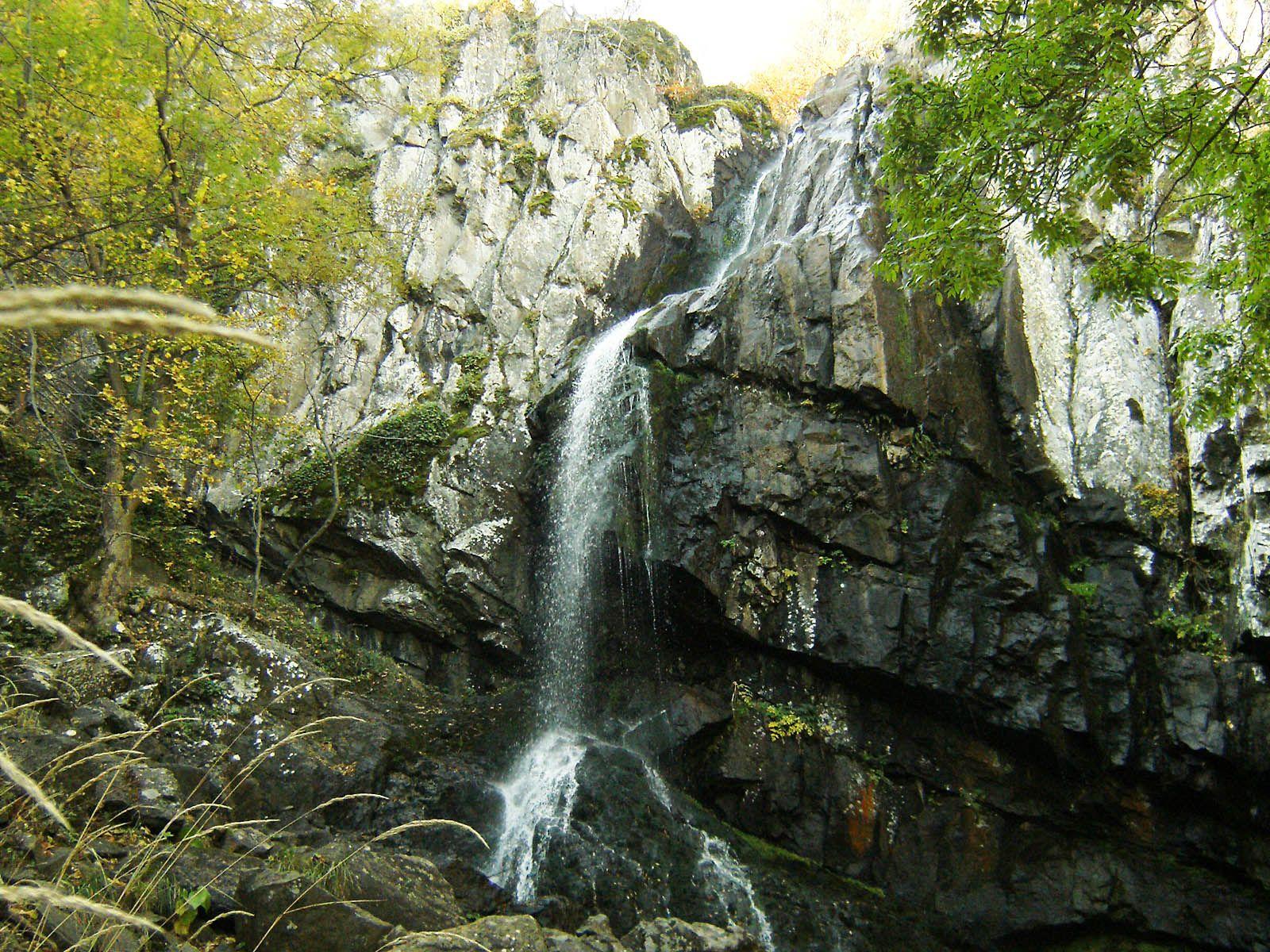 Боянский водопад издалека