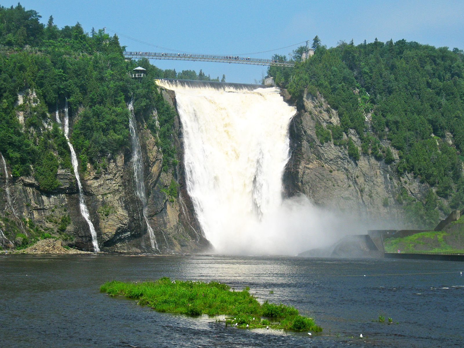 Водопад монморанси расположенный
