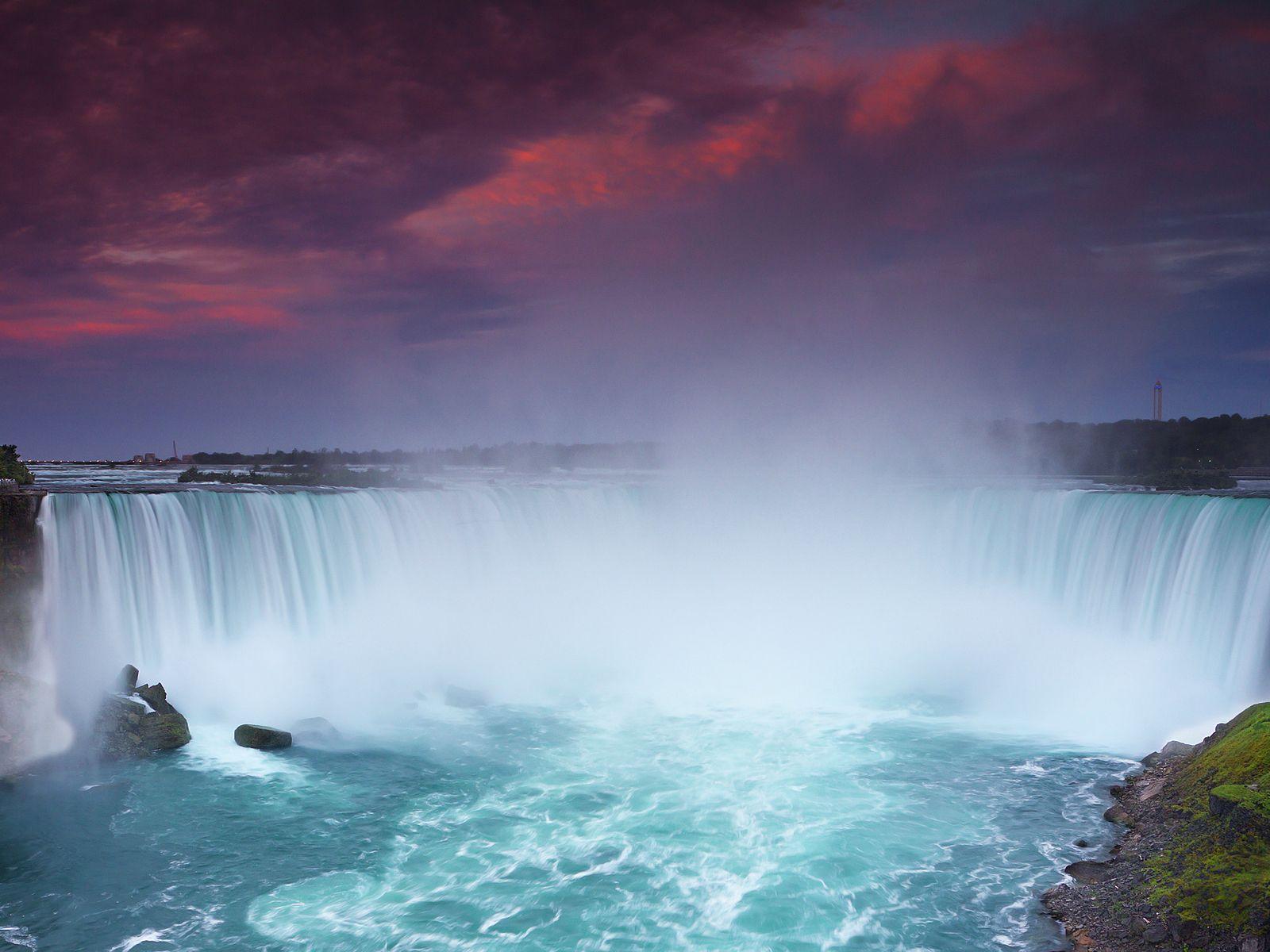 Ниагарский водопад после заката