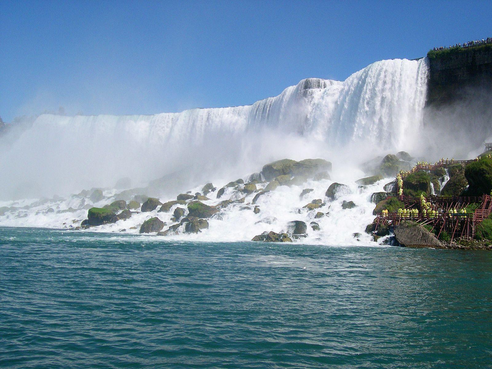 Ниагарский водопад снизу