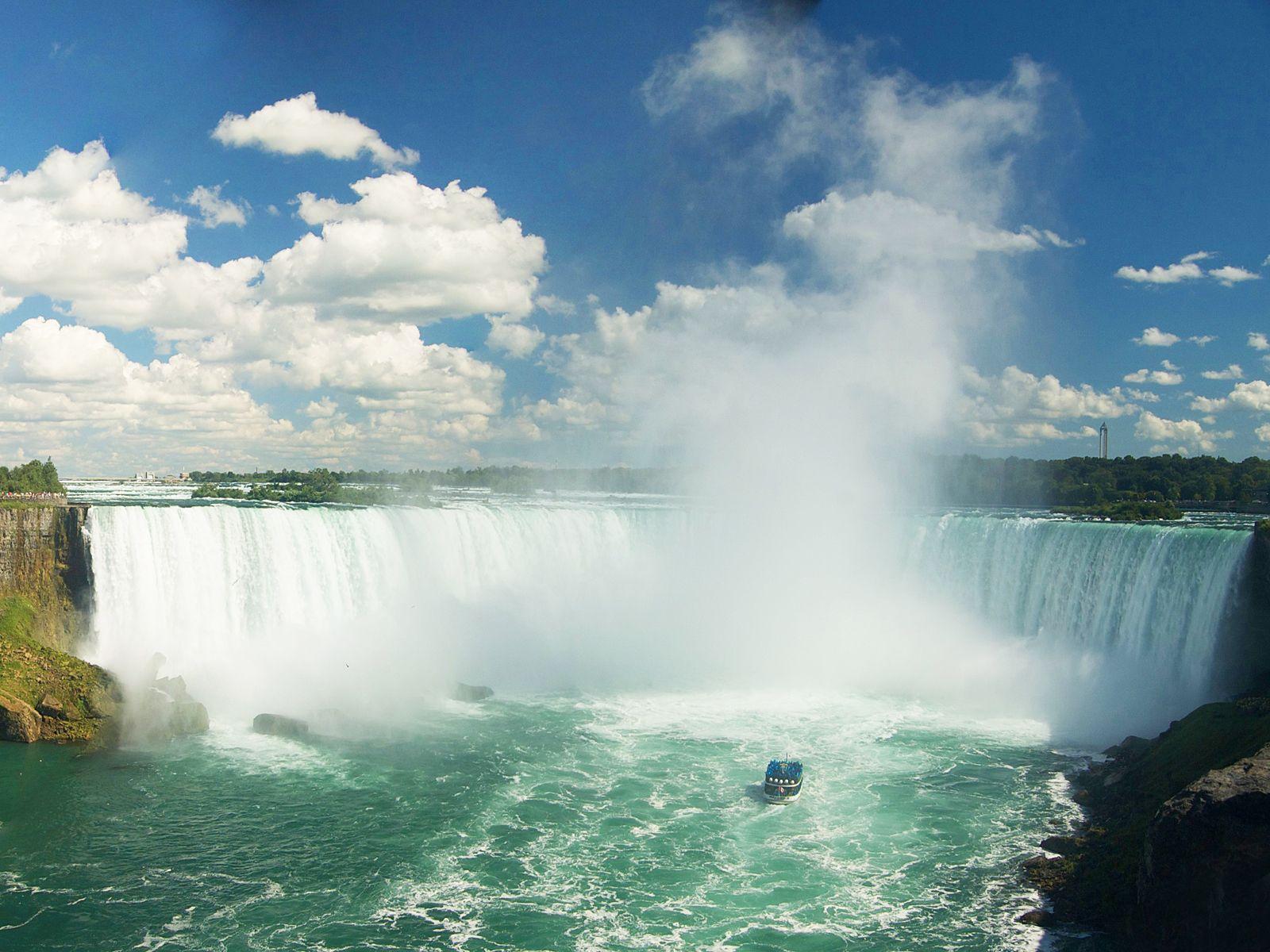 Высота водопадов составляет 53 метра