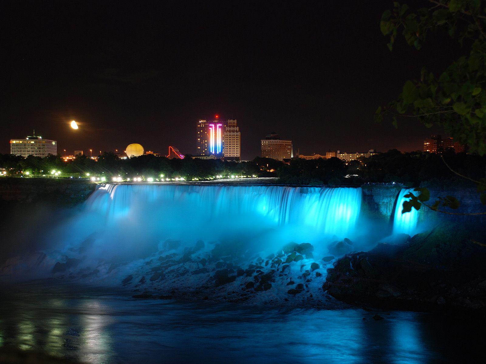 Светящийся ночью Ниагарский водопад