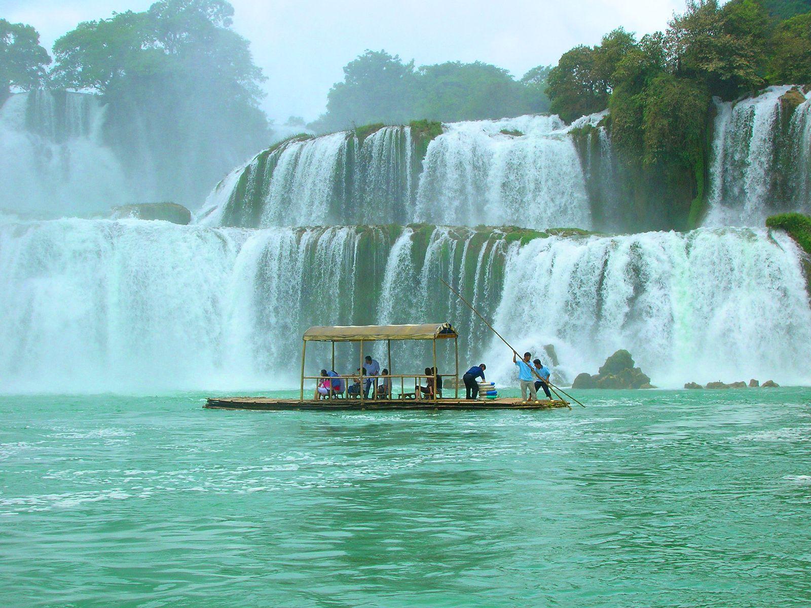Водопад Детиан и плот