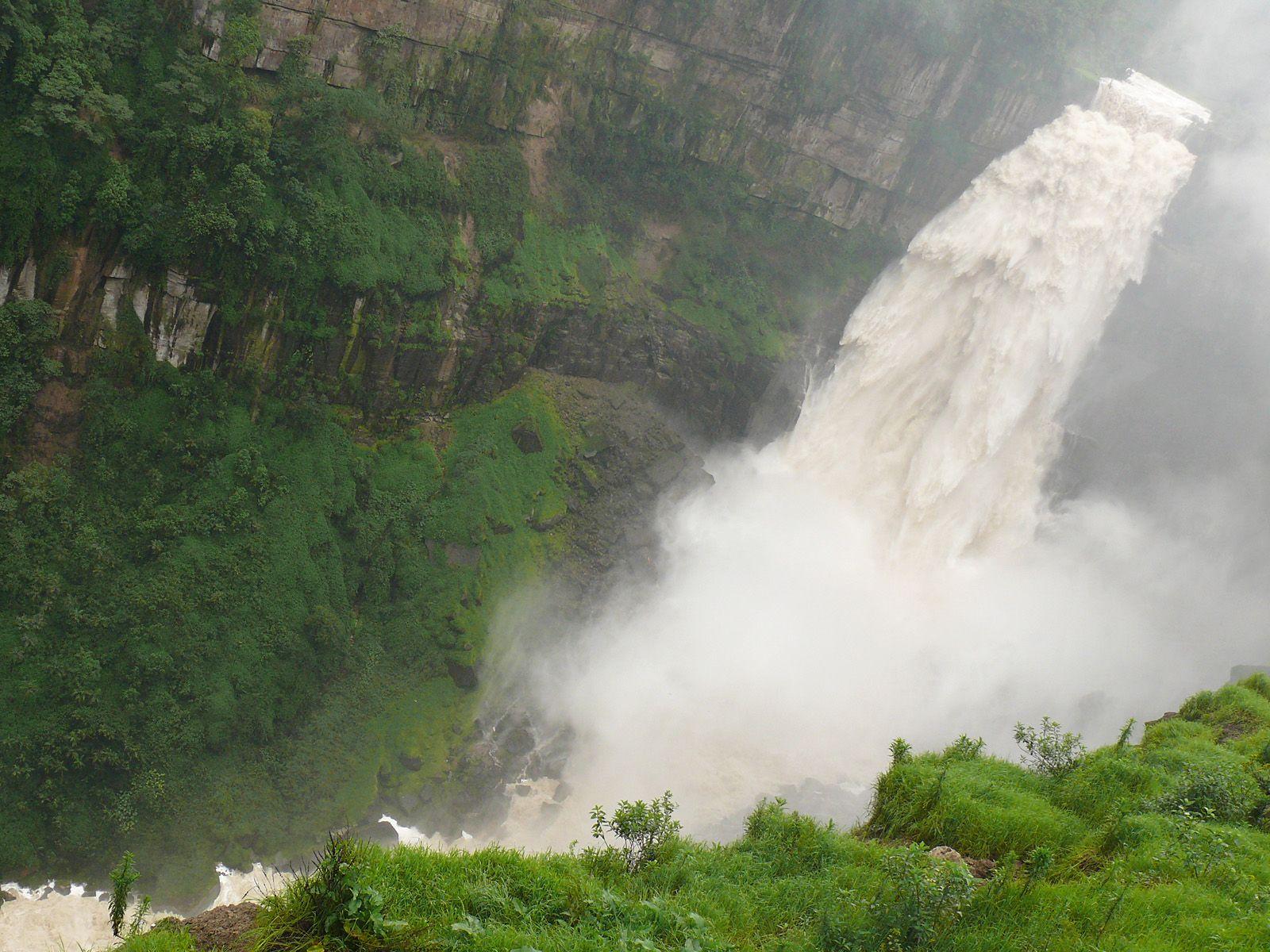 Поток водопада Текендама