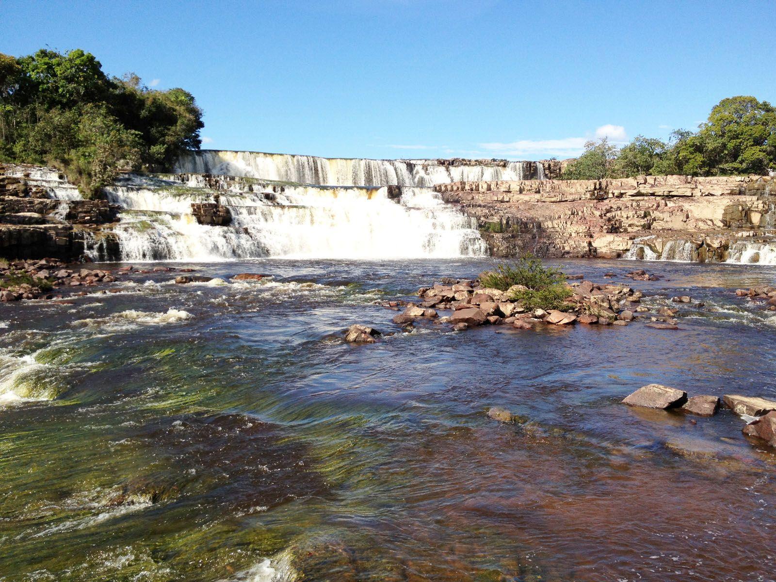 Красивый пейзаж у водопада