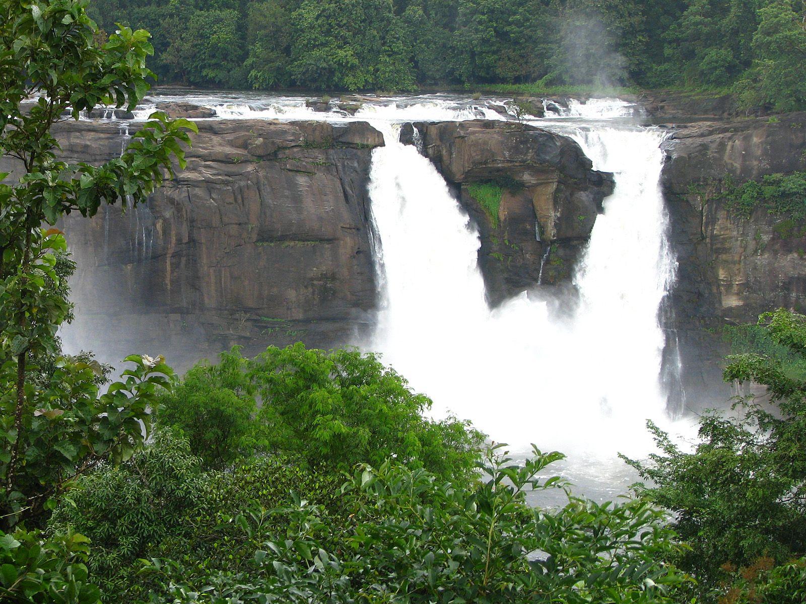 Водопад Атираппилли издали
