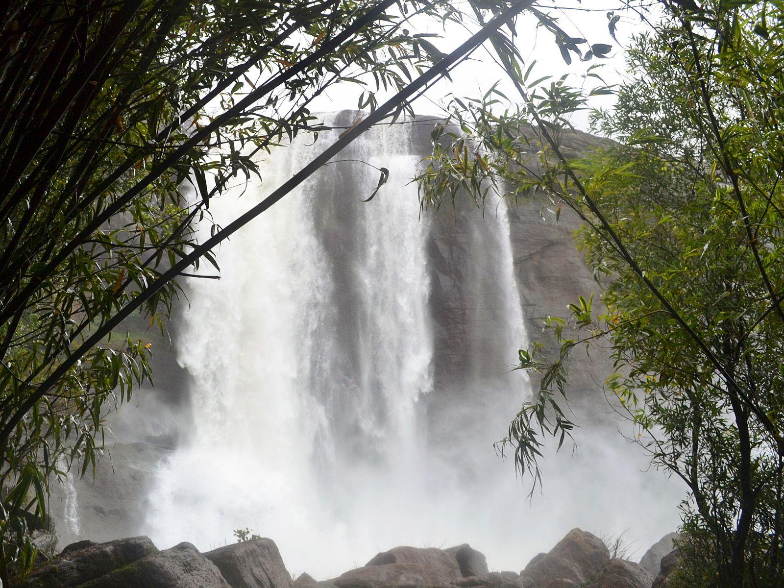 Поток водопада Атираппилли