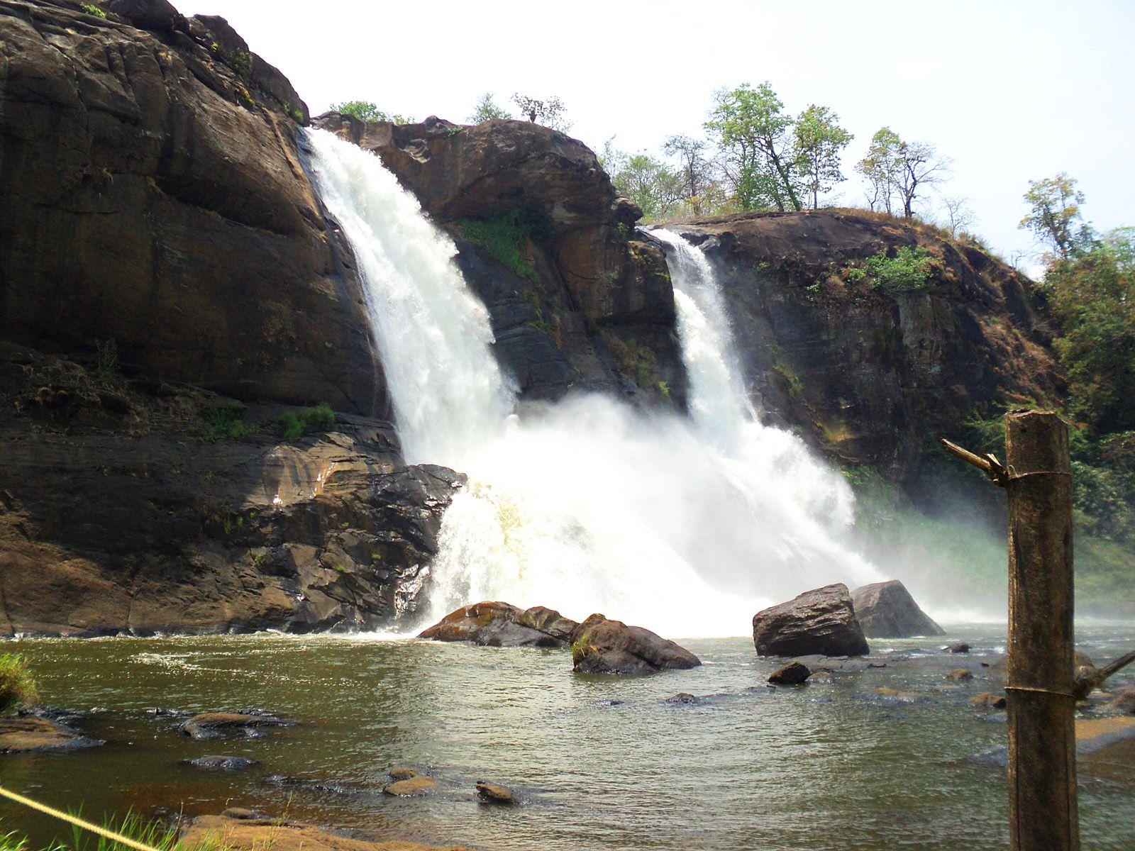 Водопад Атираппилли вблизи