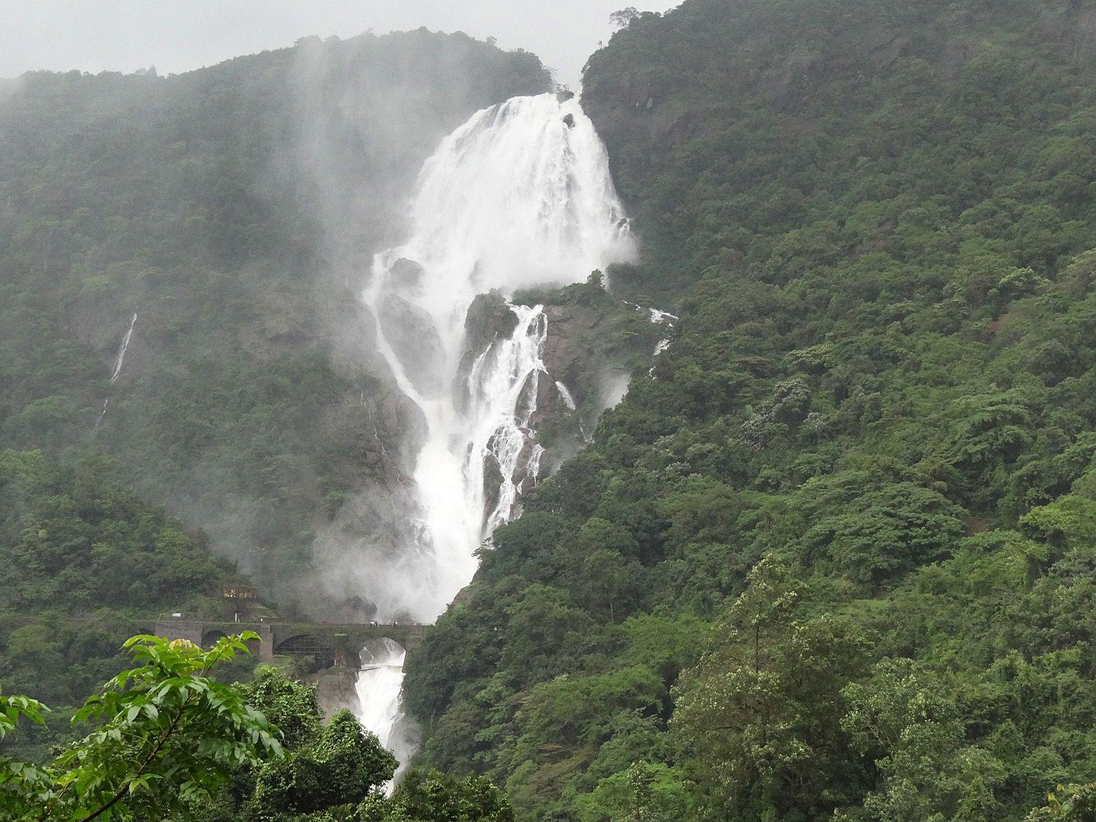 Водопад Дудсагар в сезон дождей