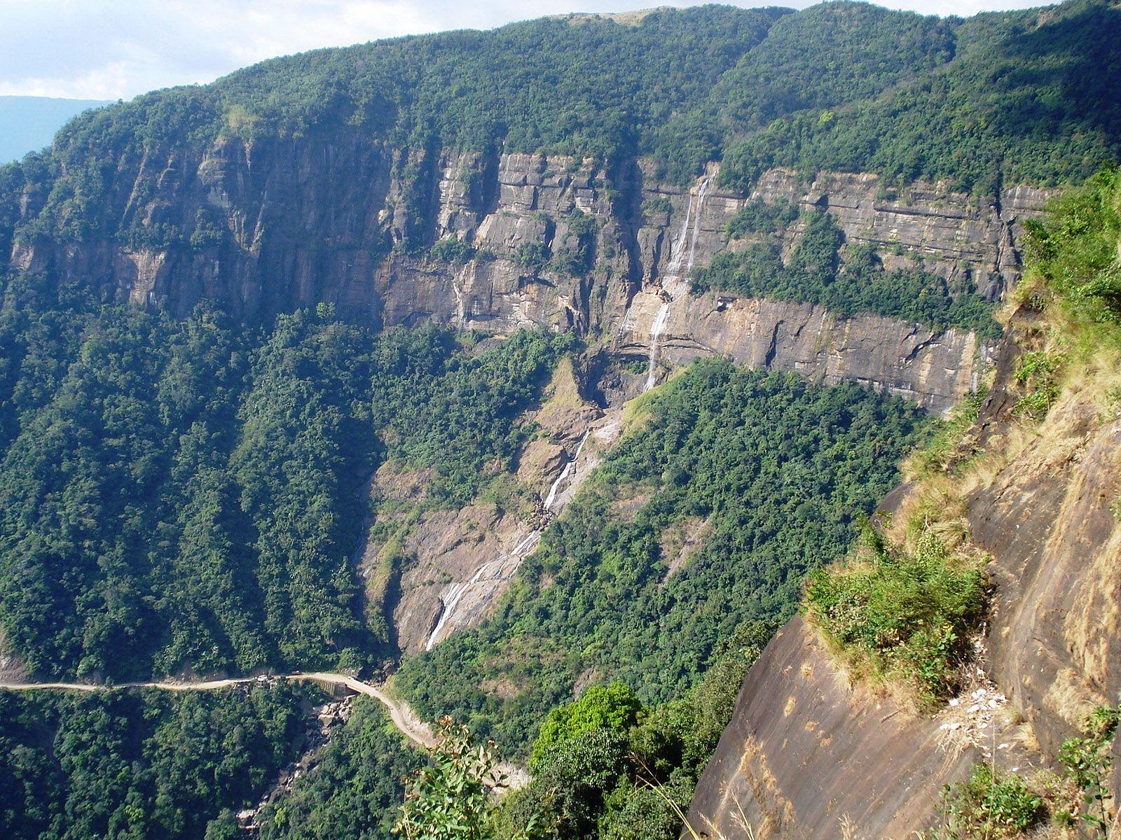 Водопад Нохкайликай издалека