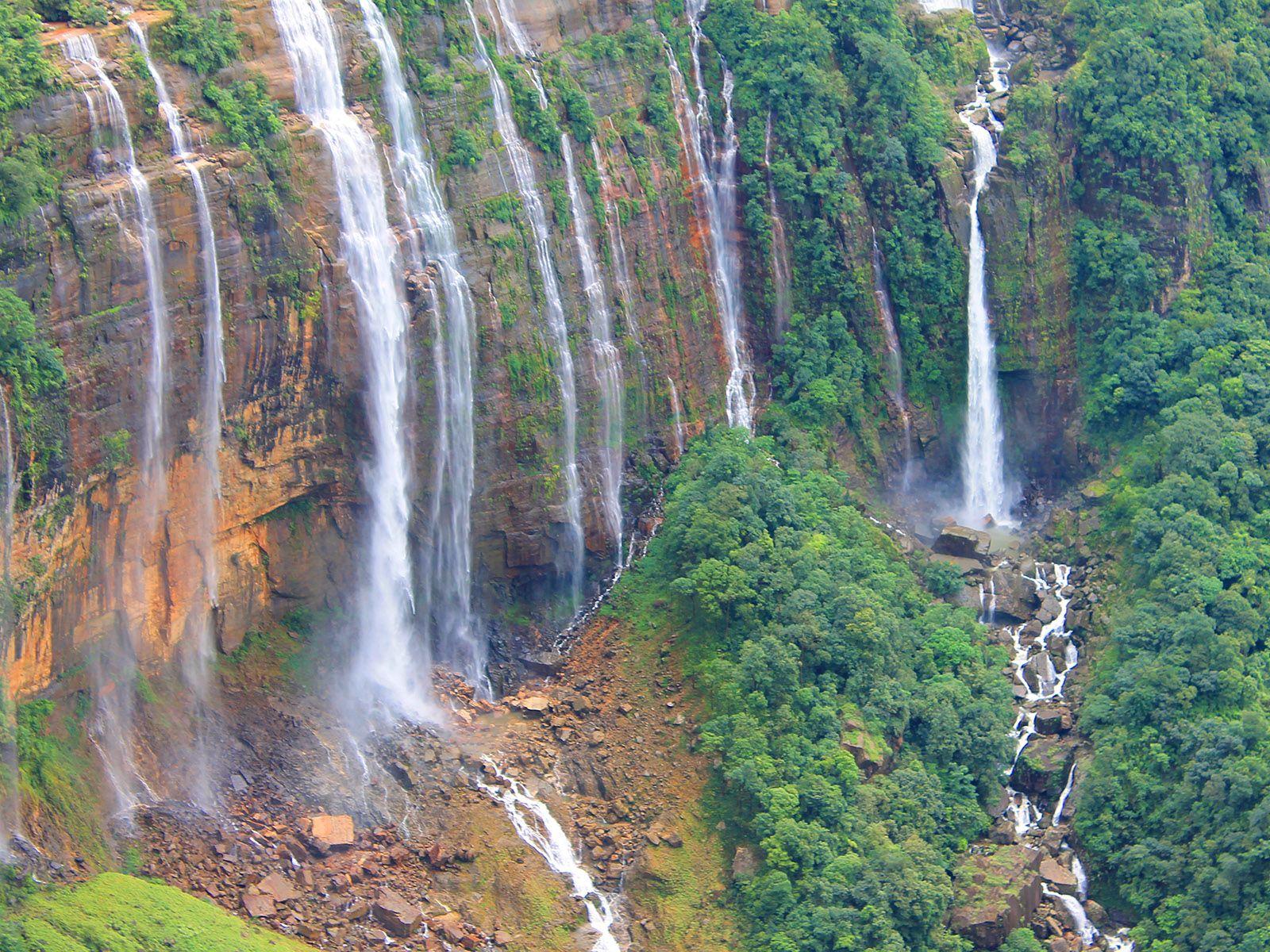 Водопад Нохкайликай вблизи
