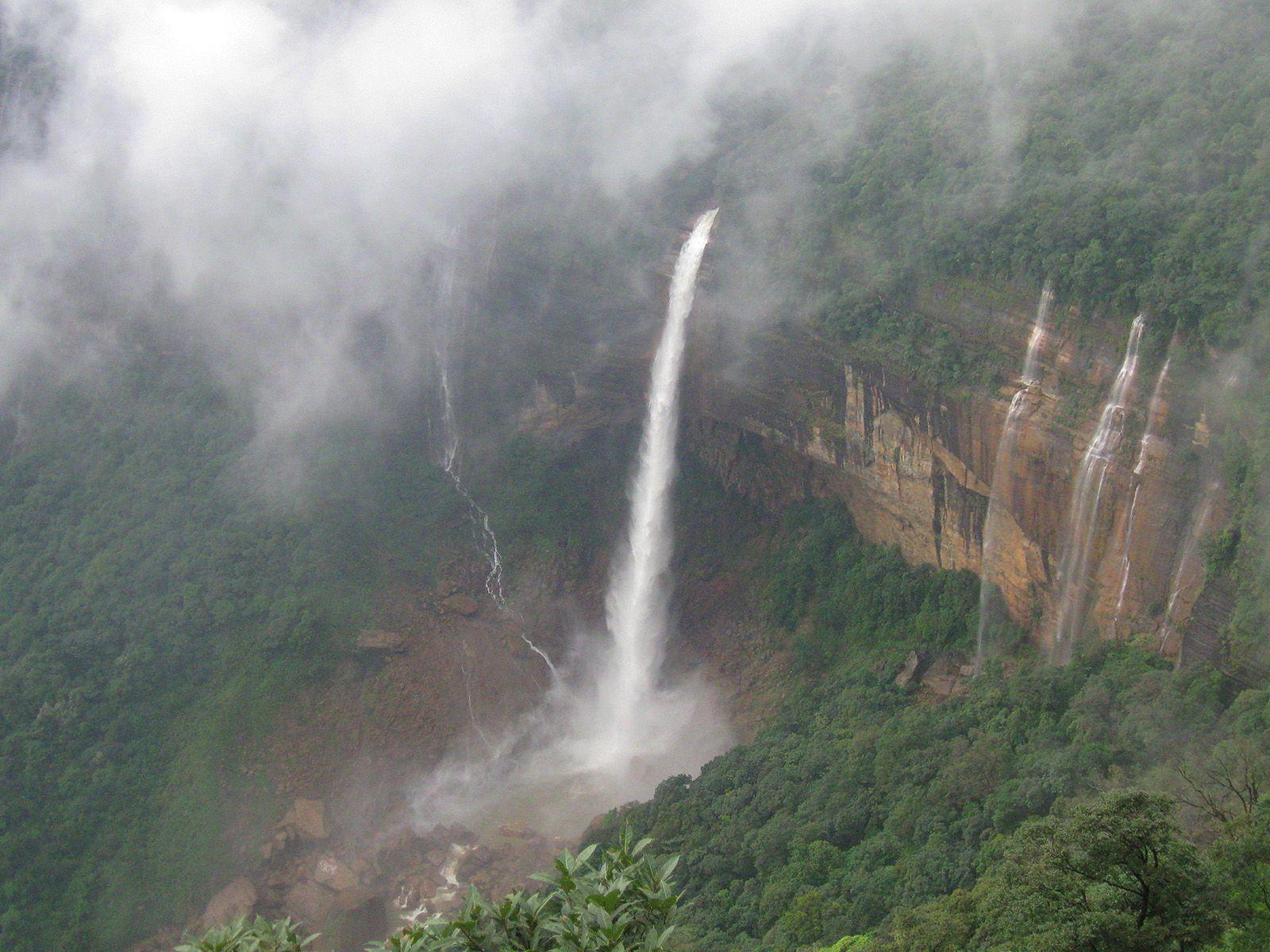 Водопад Нохкайликай в облаках