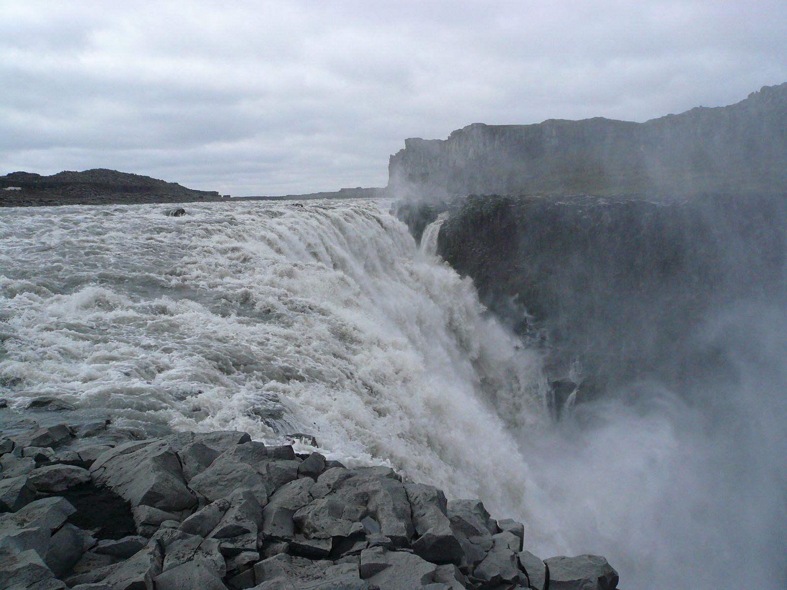 Поток водопада Деттифосс