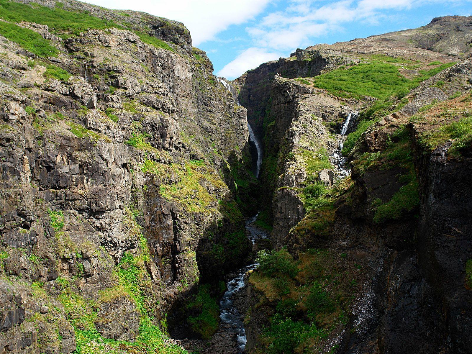 Расщелина водопада Глимур