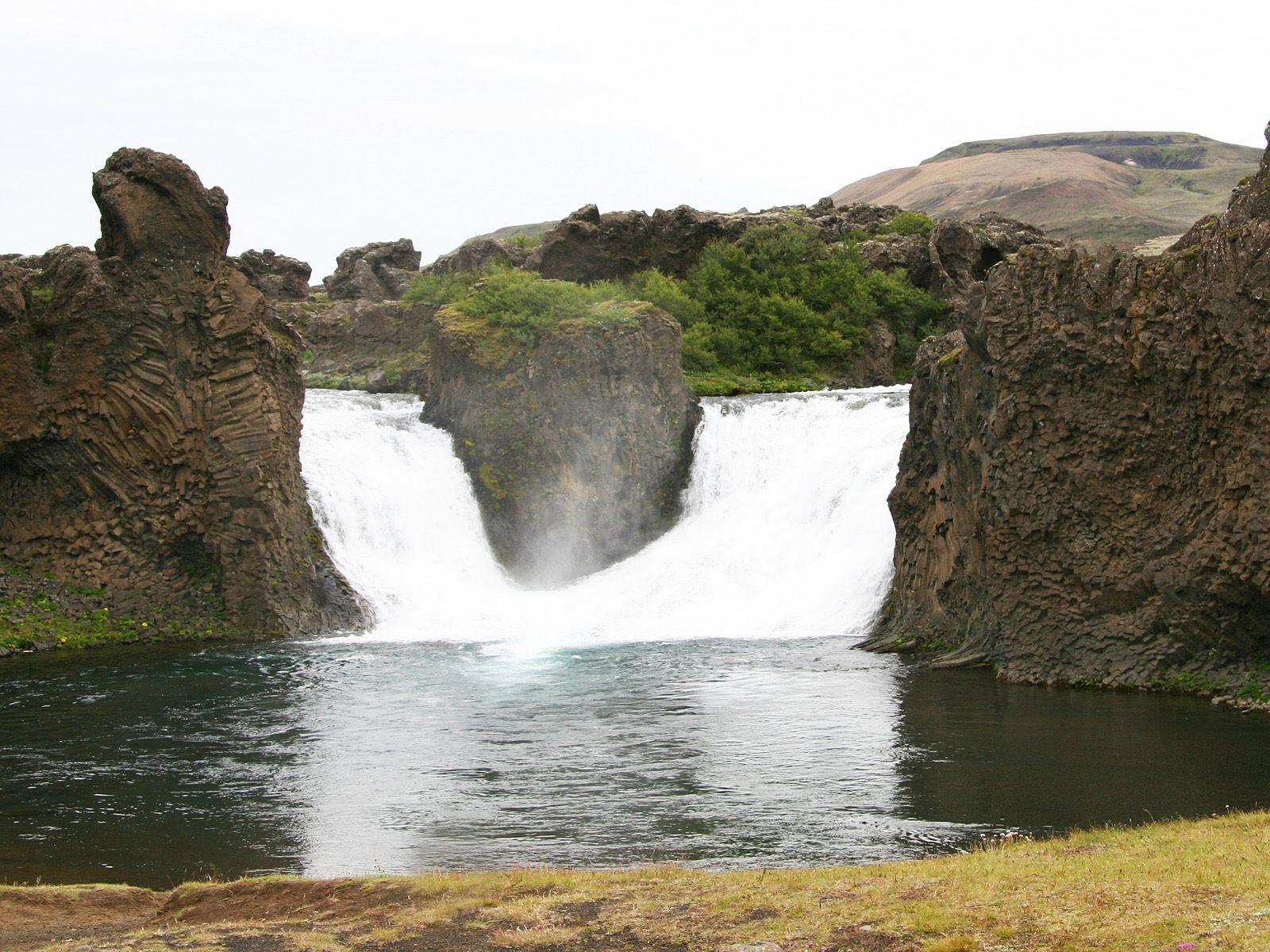 Потоки водопада Хьяулпарфосс