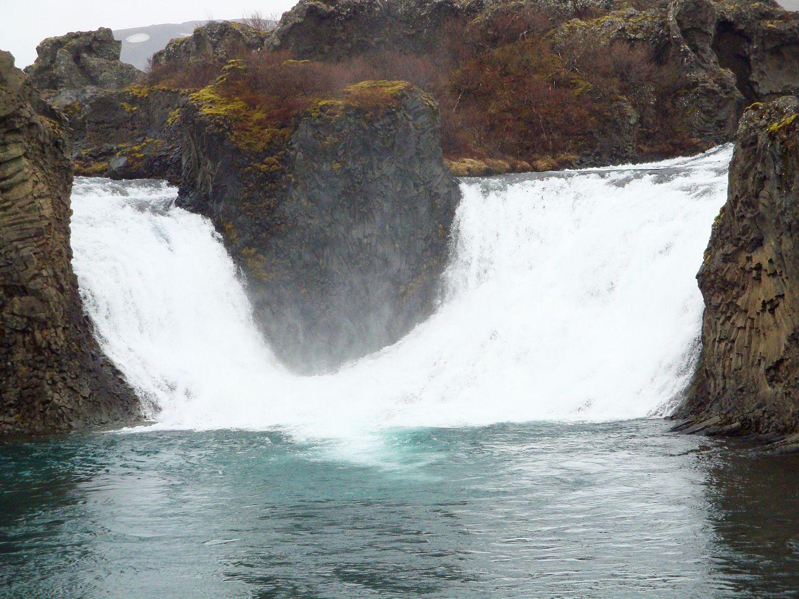 Водопад Хьяулпарфосс вблизи