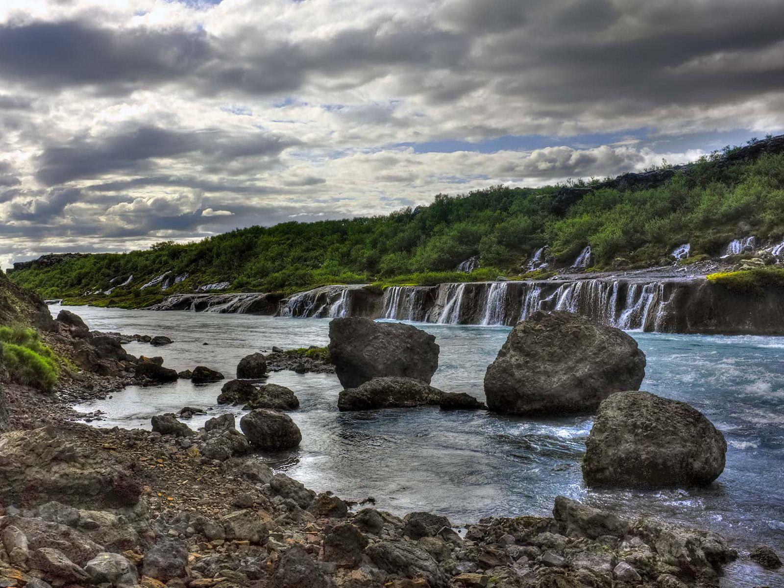 Водопад Храунфоссар на берегу