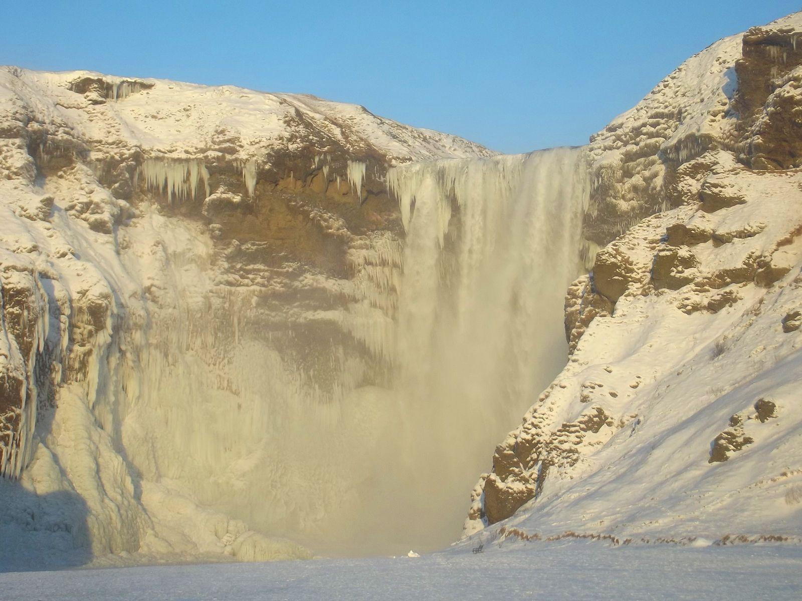 Водопад Скогафосс зимой