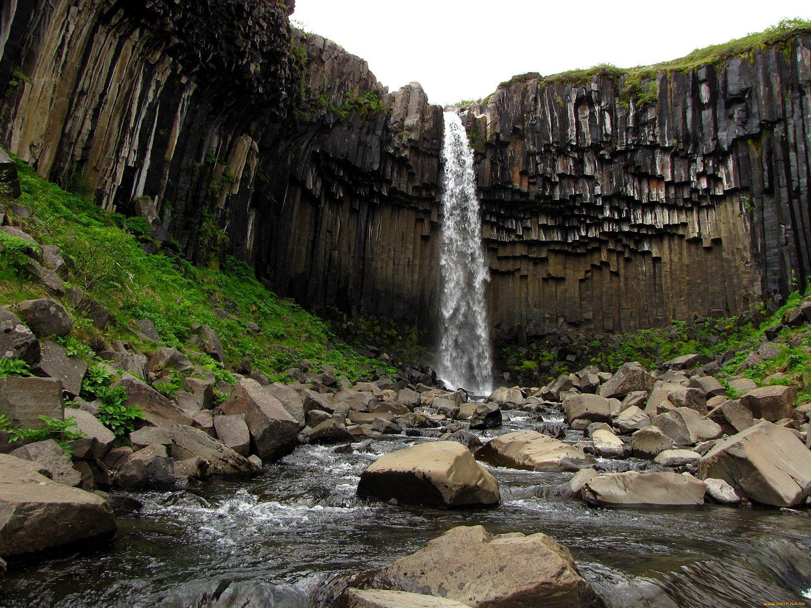 Пейзаж водопада Свартифосс