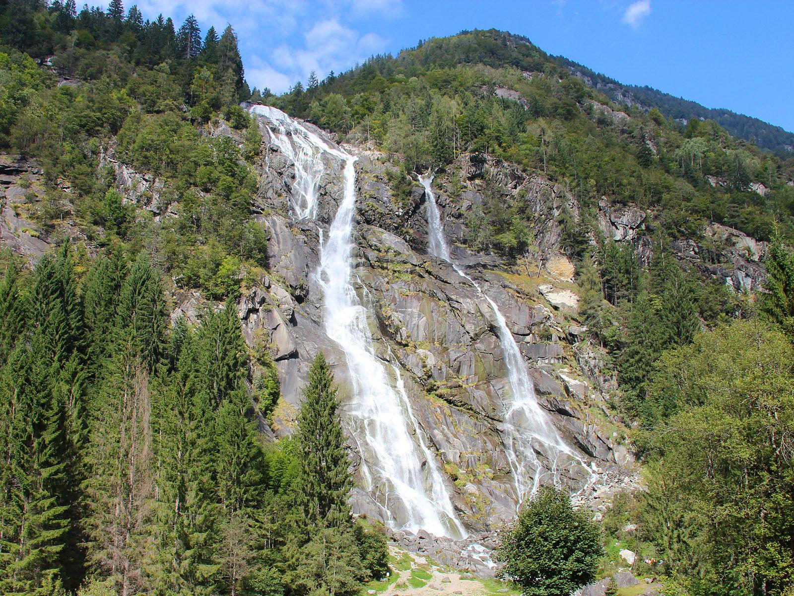 Водопад Вароне издалека