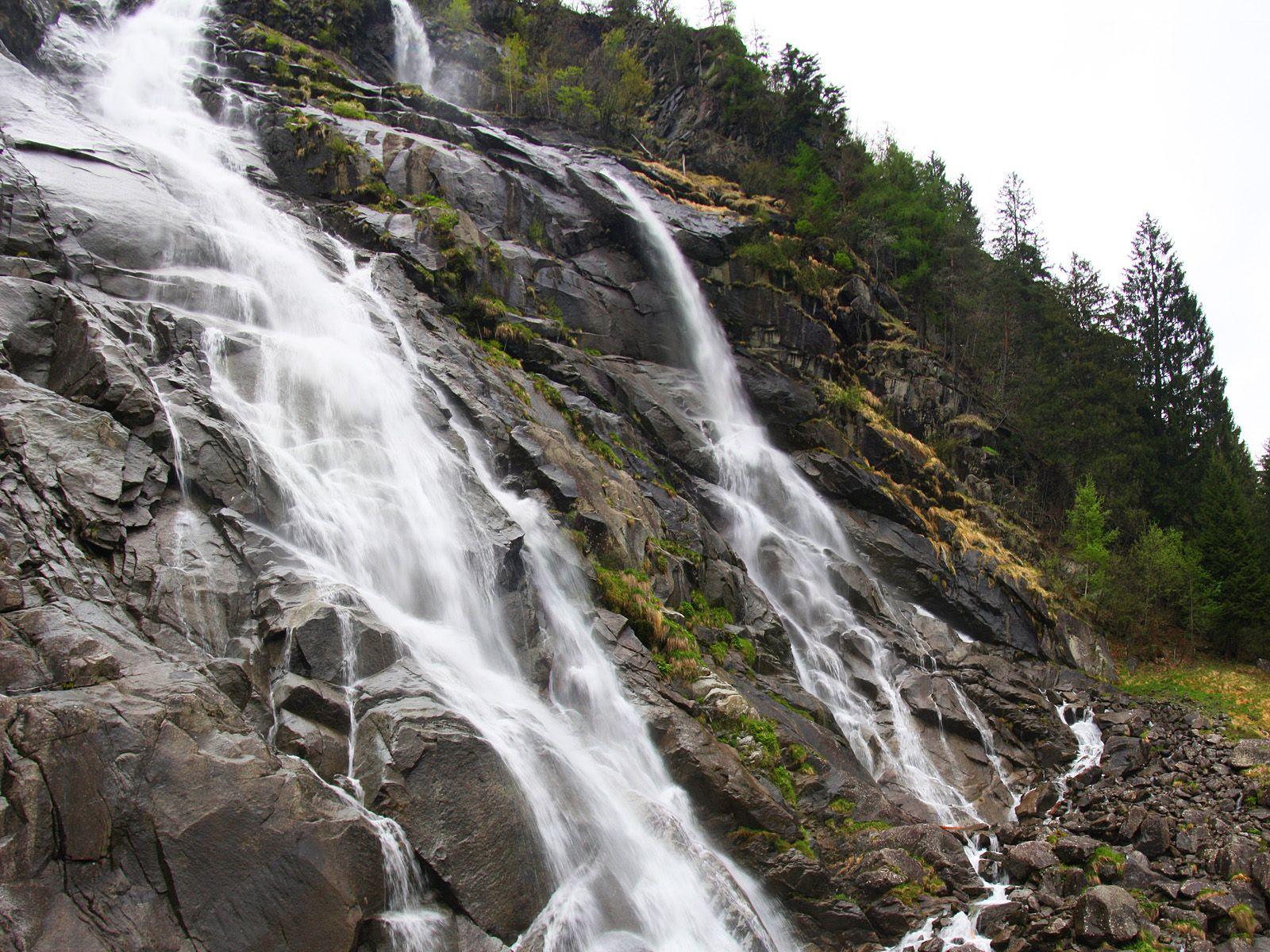 Водопад Нардис вблизи