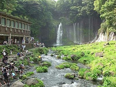 Туристы у водопада Шираито