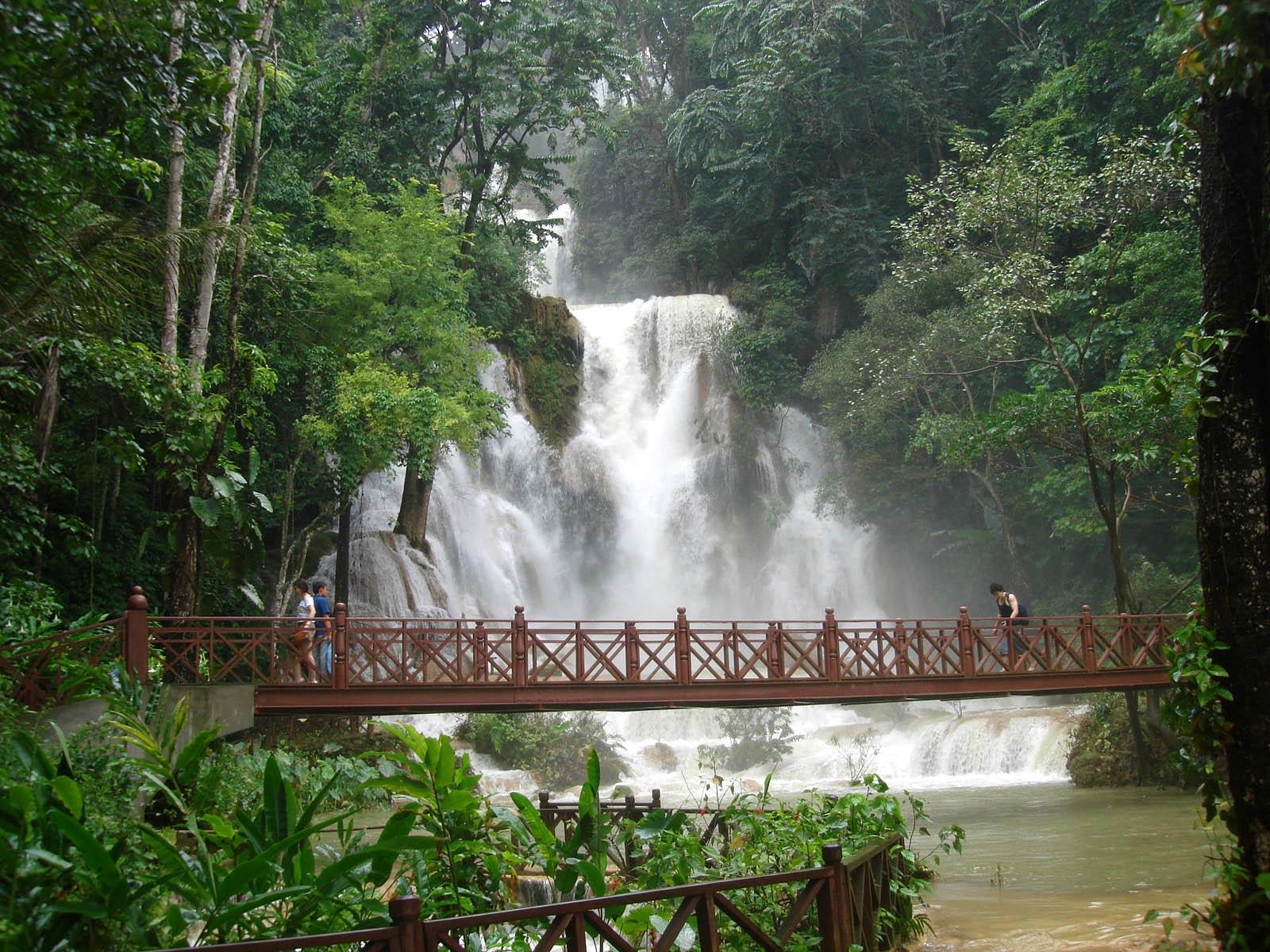 Прогулочный мост у водопада Куанг Си
