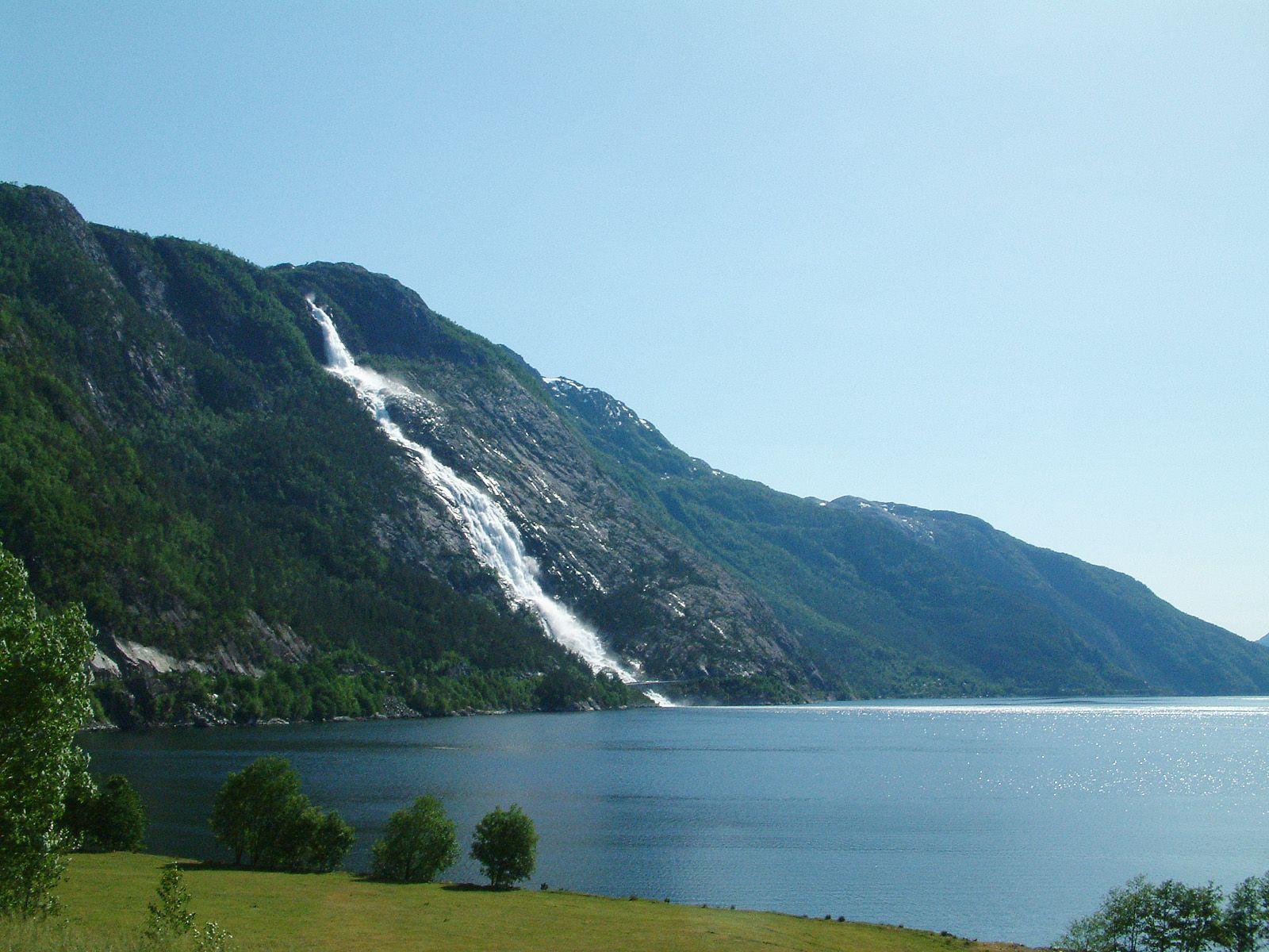 Водопад Лангфоссен издали