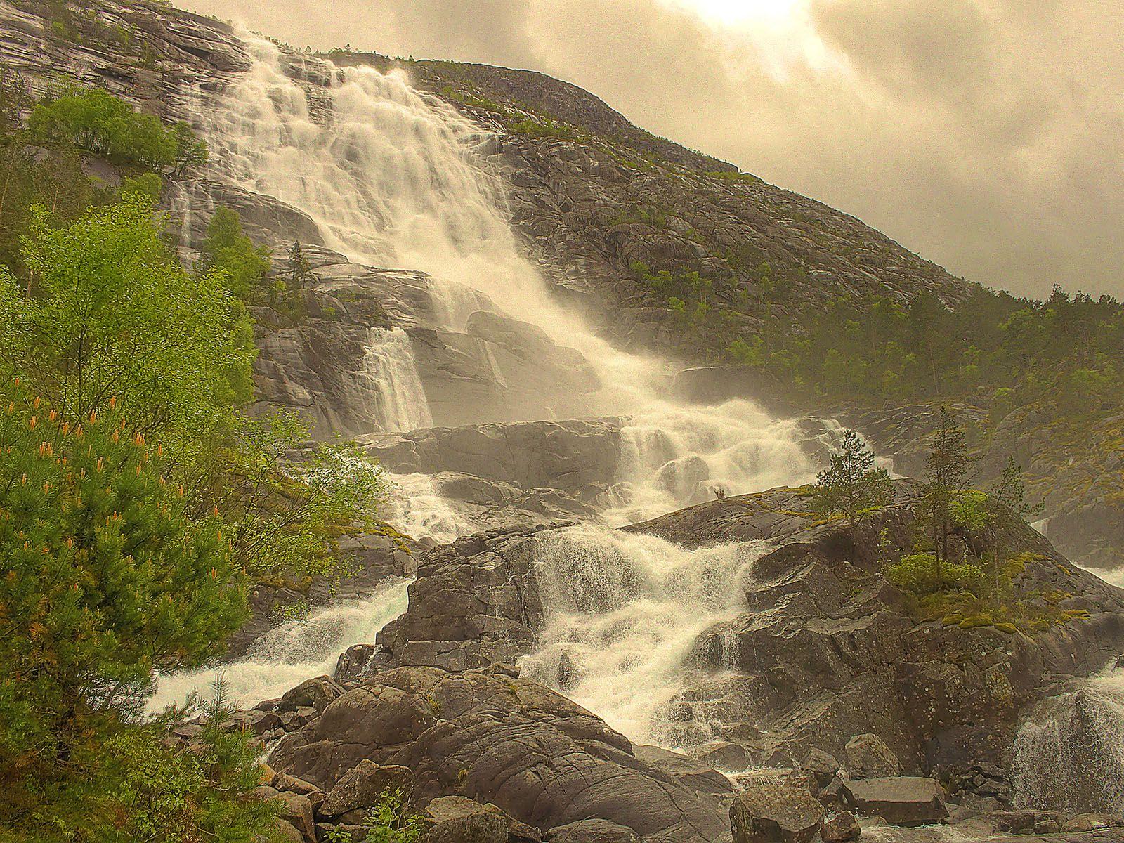 Пасмурно у водопада Лангфоссен