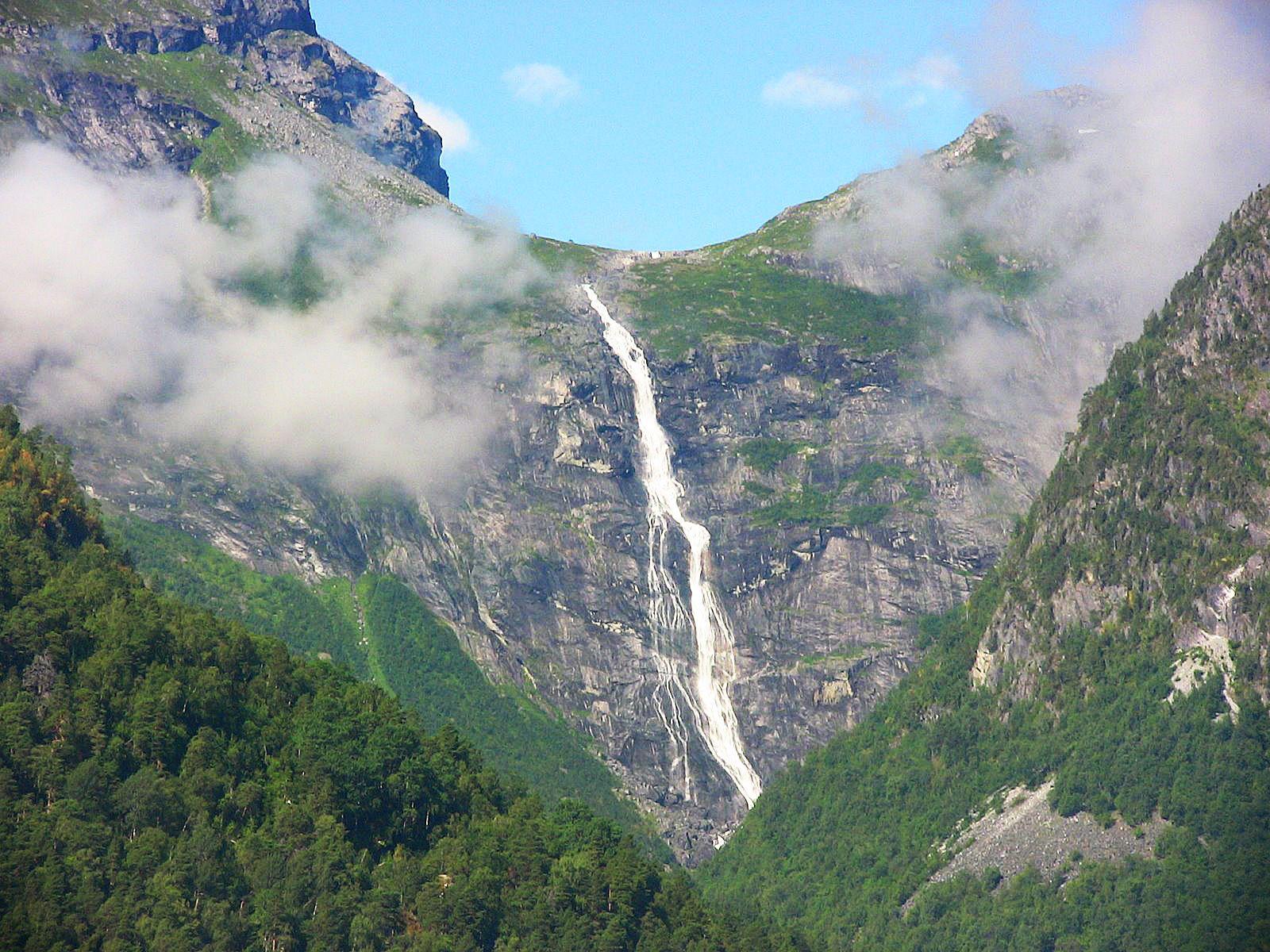 Водопад Мардалсфоссен издалека
