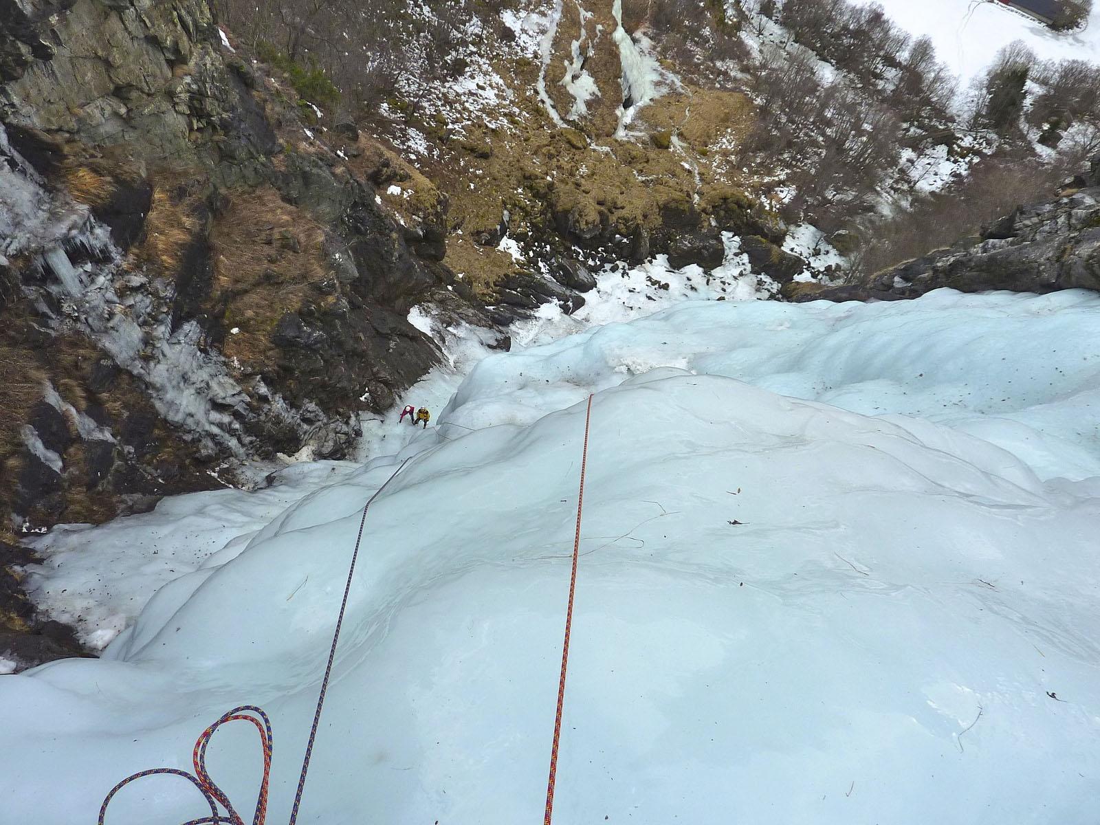 Альпинисты на водопаде