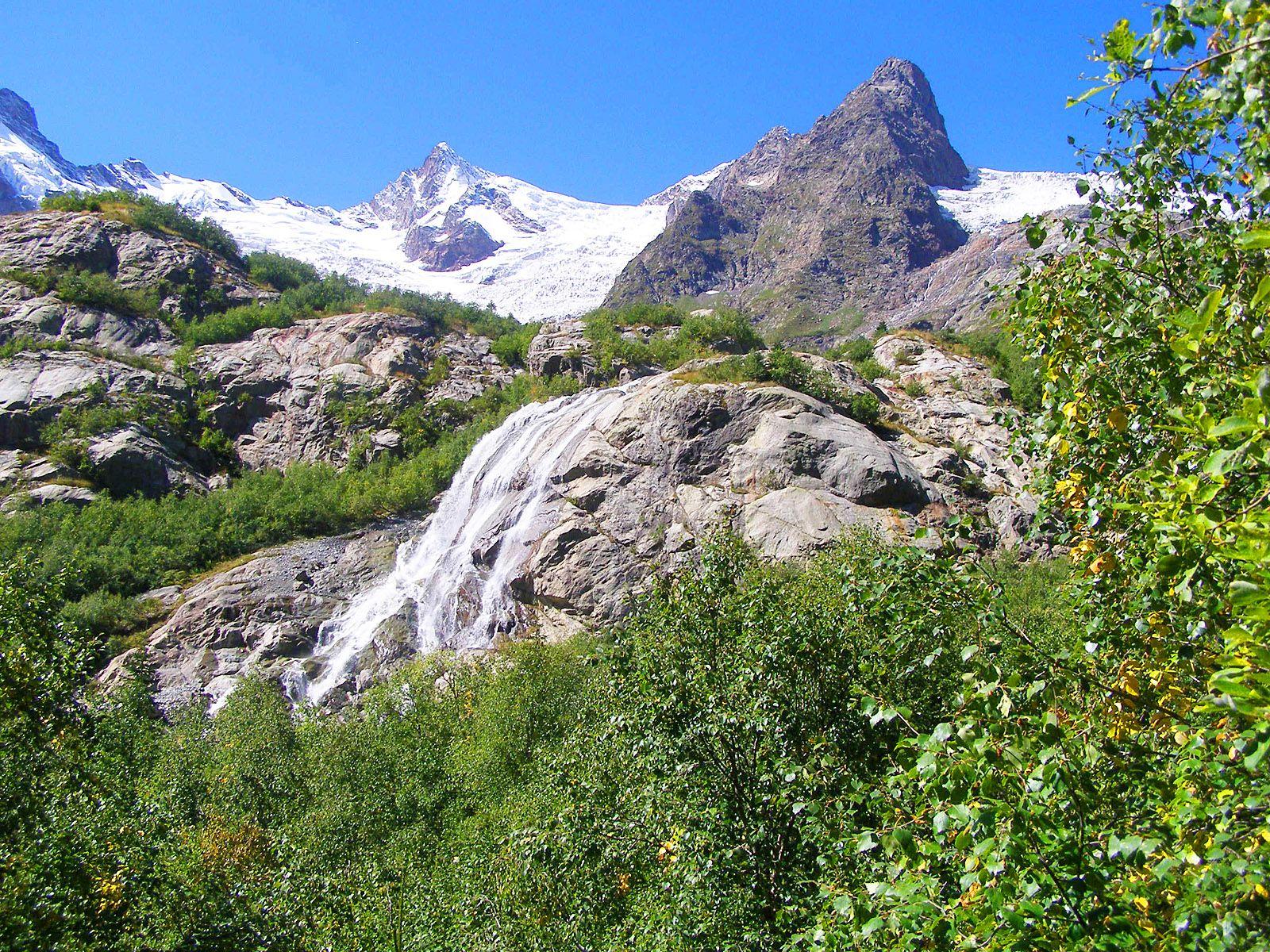 Алибекский водопад с видом на горы