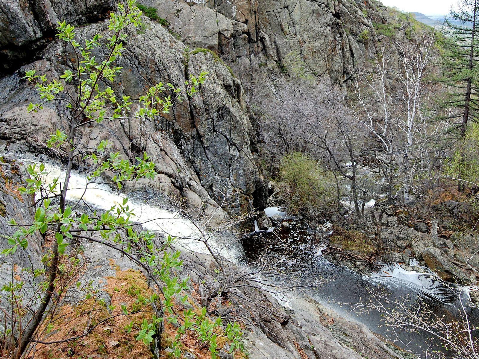 Водопад среди камней Гадельша