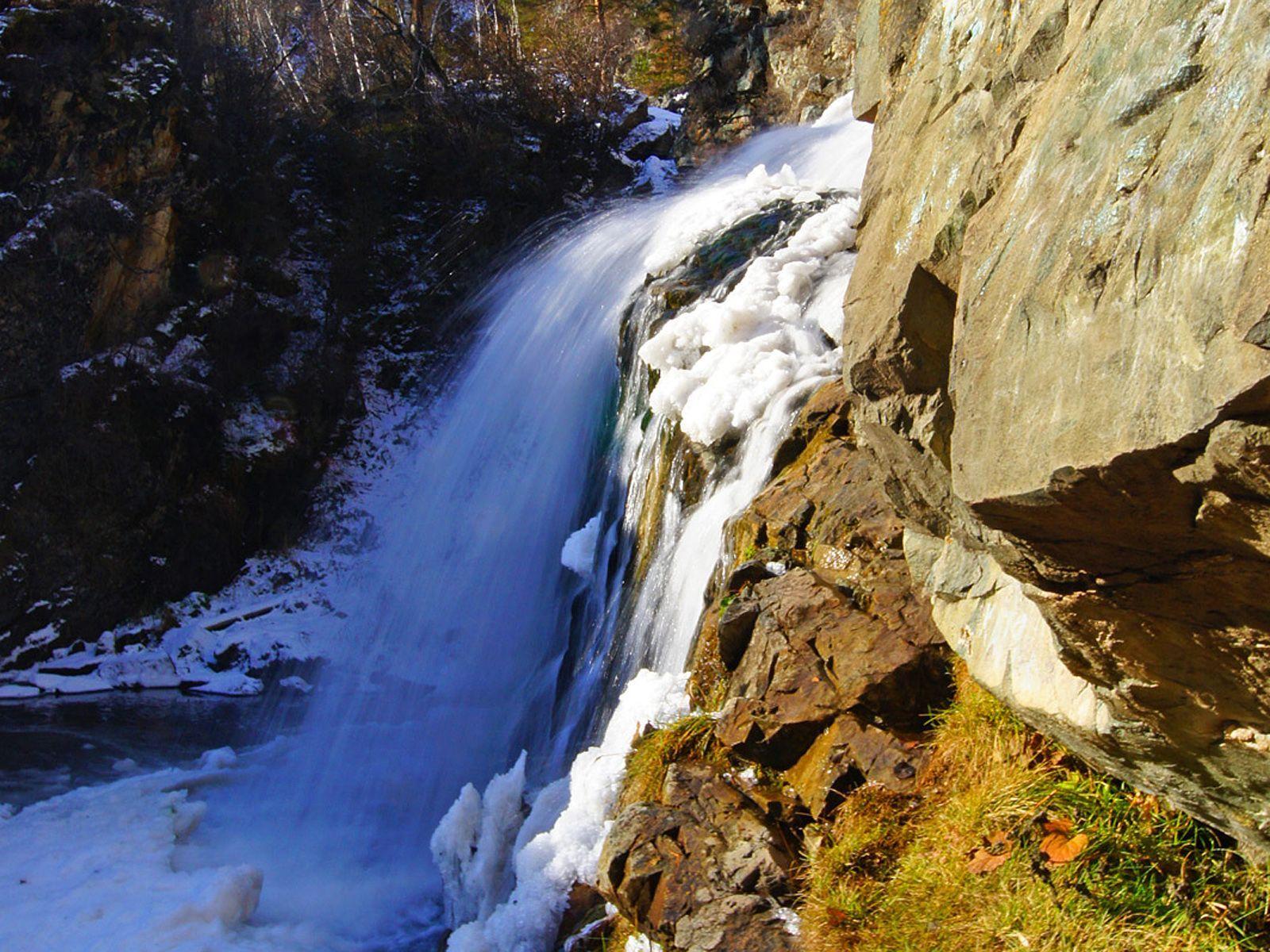 Камышлинский водопад в снегу