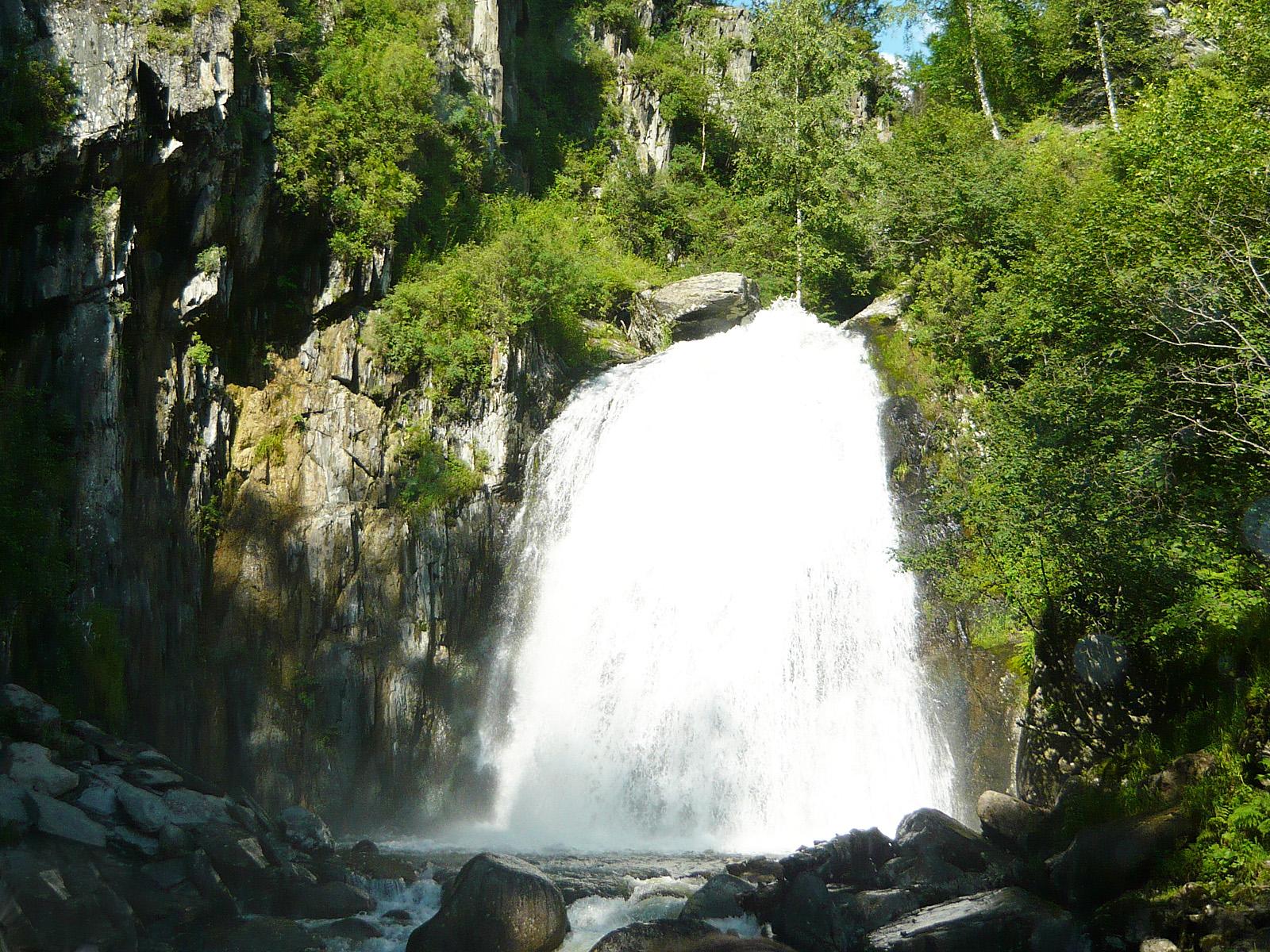 Водопад Корбу издали
