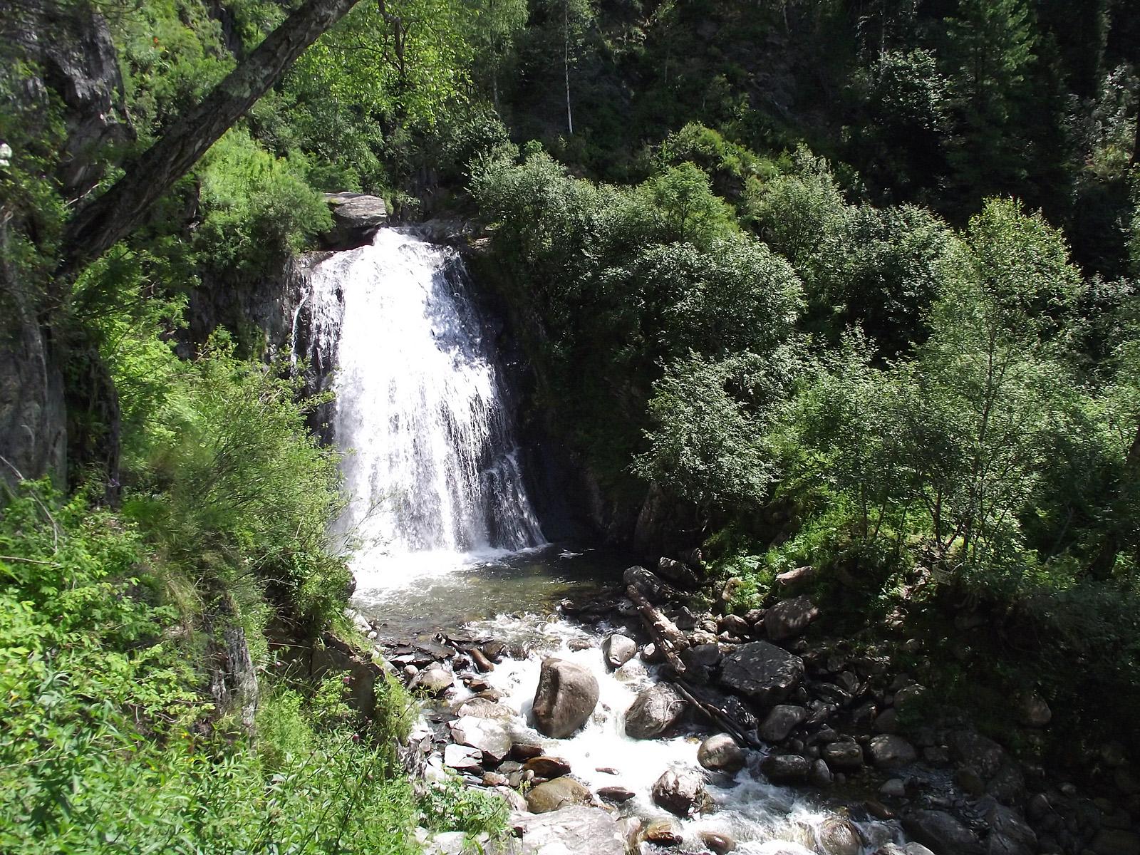 Пейзаж водопада Корбу