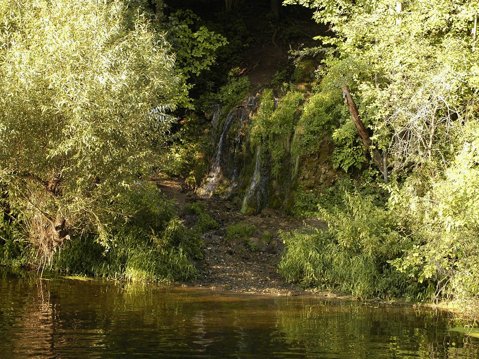 Водопад Радужный издалека