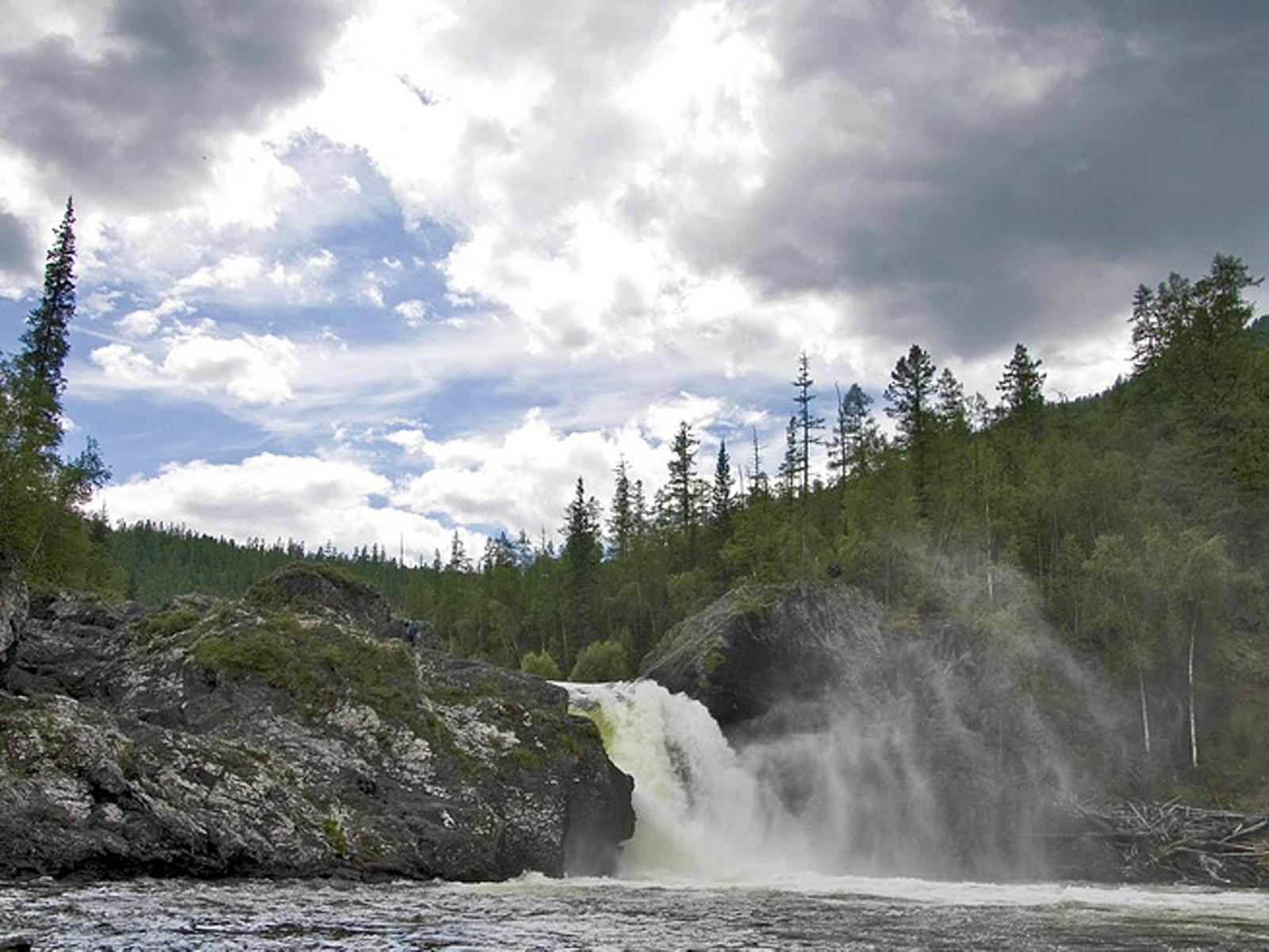 Шакинский водопад издалека