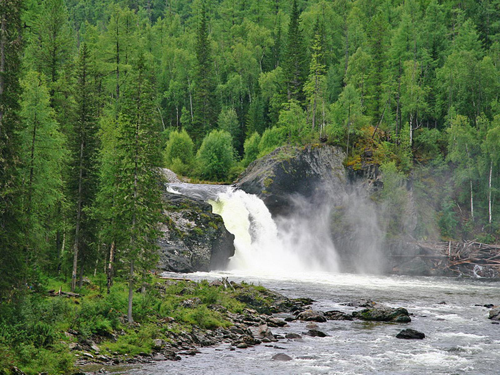 Пейзаж водопада на реке Урик