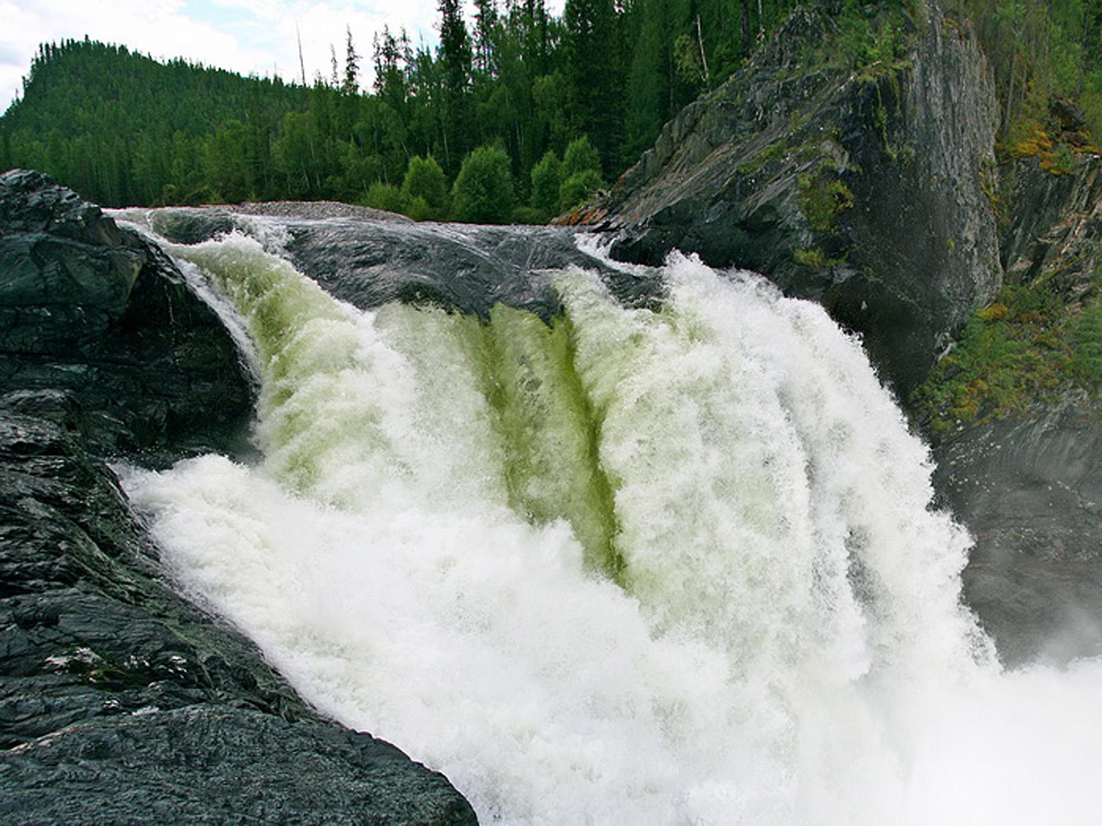 Водопад на реке Урик вблизи