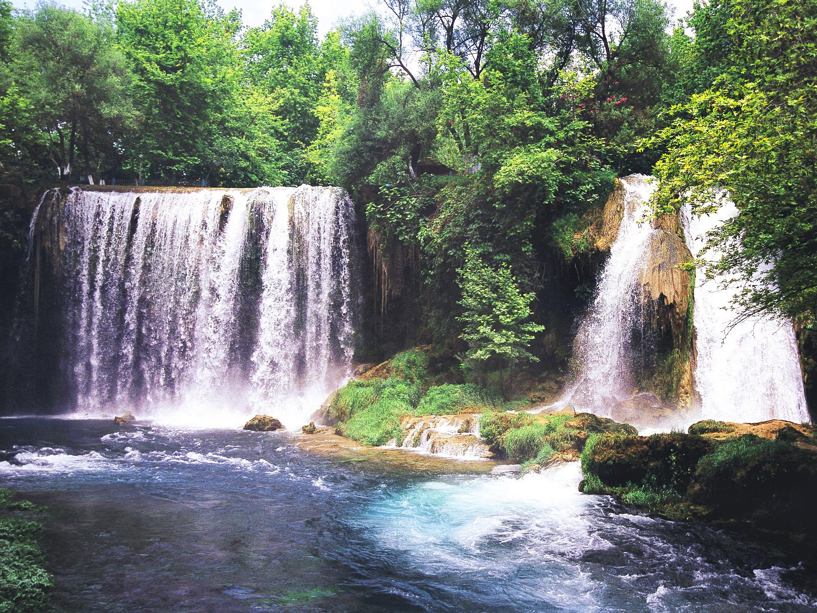 Парк у водопада Дюден