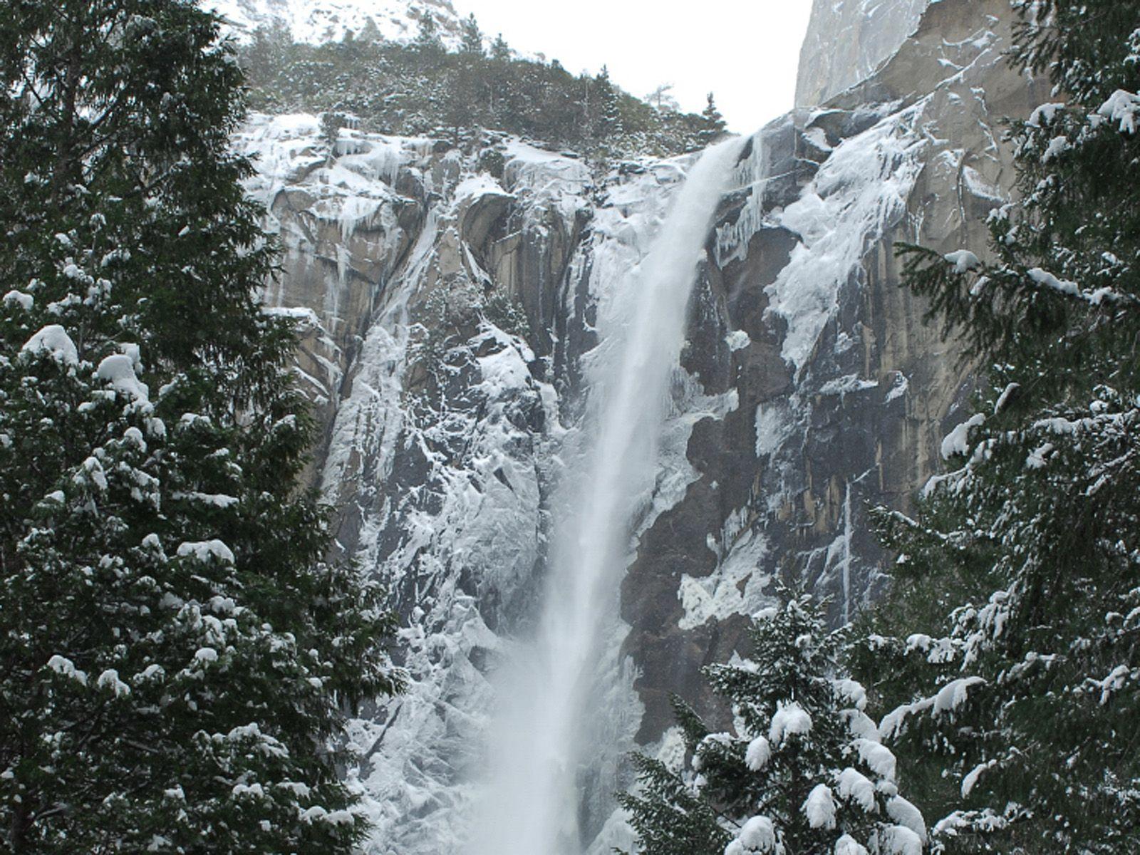 Водопад Брайдлвейл зимой