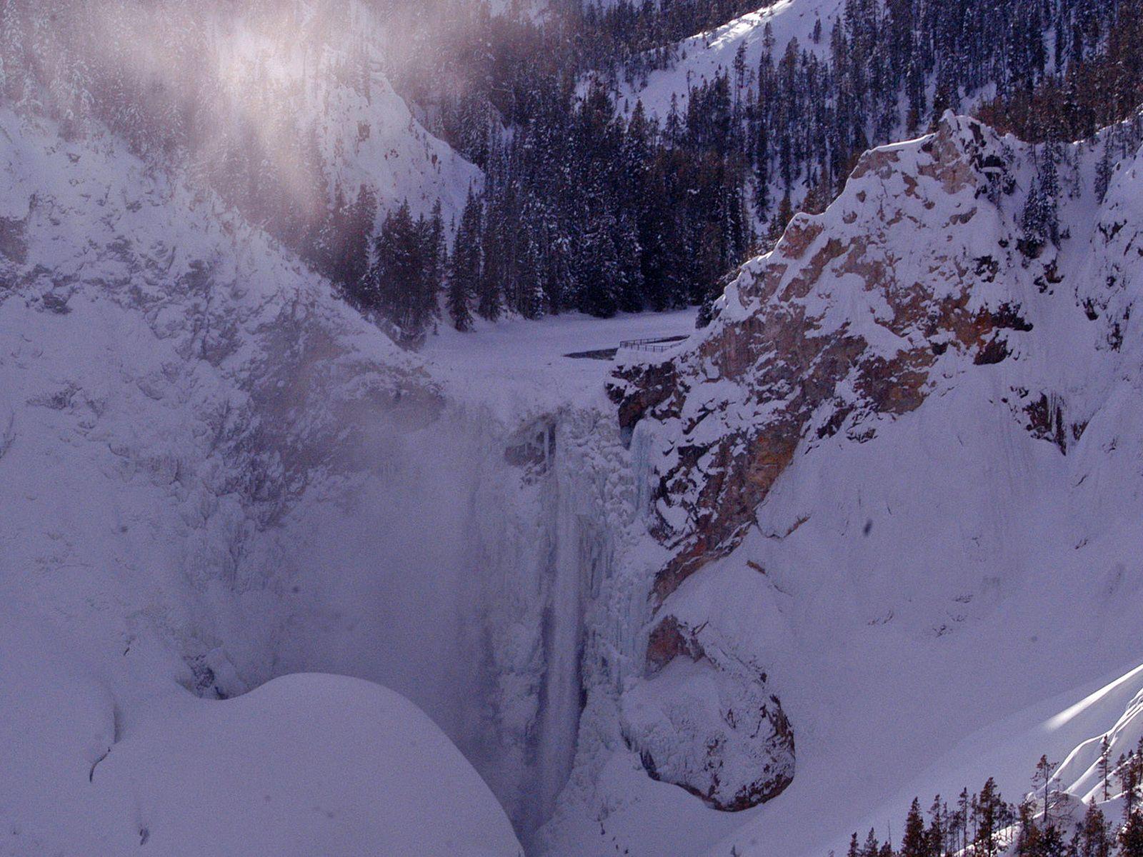 Водопад Йеллоустоун зимой