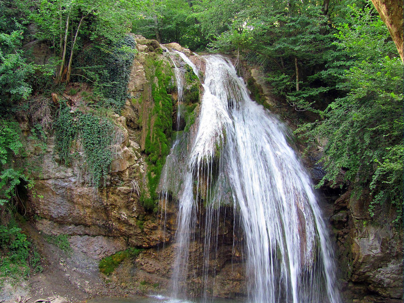Которой расположен водопад берёт своё